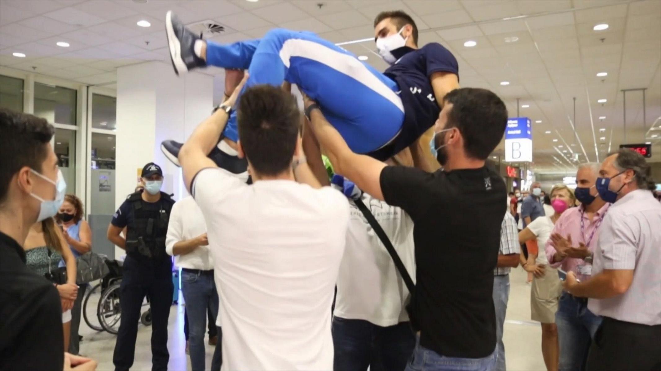 Στέφανος Ντούσκος: Έφτασε στην Ελλάδα ο χρυσός Ολυμπιονίκης του Τόκιο