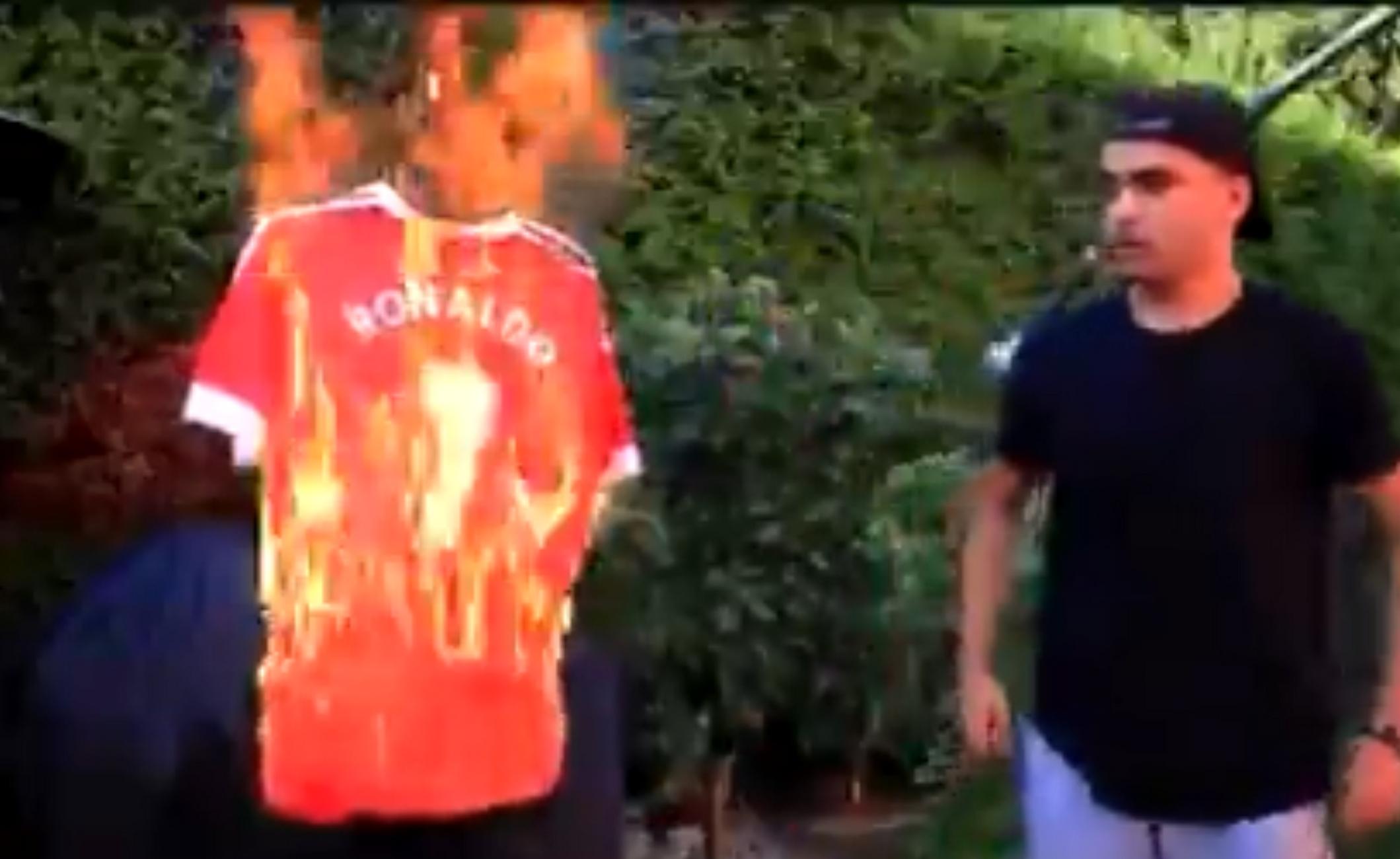 Απίστευτο: Οπαδός της Γιουνάιτεντ βιάστηκε κι έκαψε τσάμπα τη φανέλα του Κριστιάνο Ρονάλντο