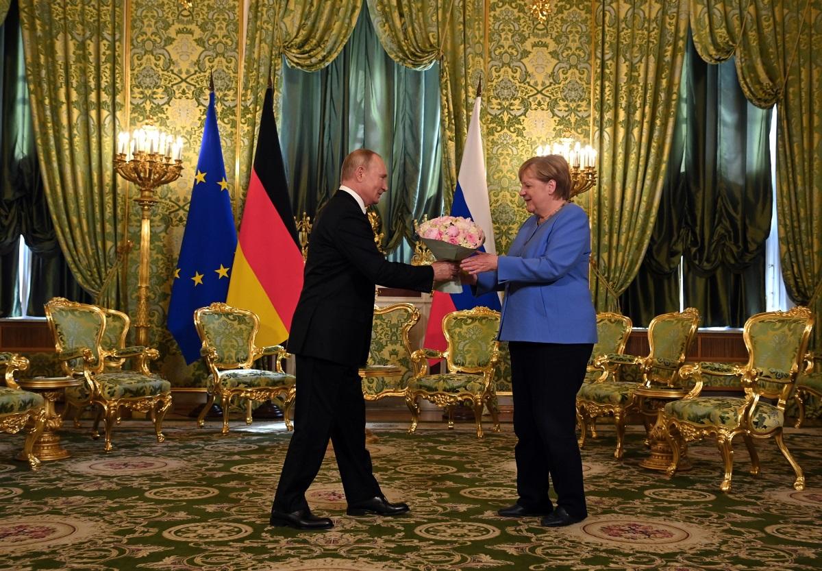 Λουλούδια και χαμόγελα στην τελευταία συνάντηση της απερχόμενης καγκελαρίου Μέρκελ με τον Πούτιν