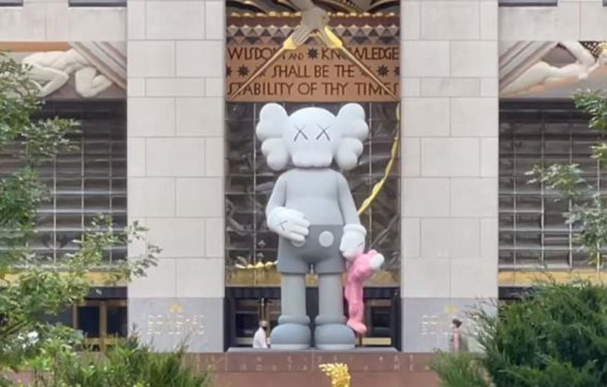 Νέα Υόρκη: Ο «Μίκυ Μάους» και ο «Elmo» του KAWS μπροστά από το Rockefeller Center