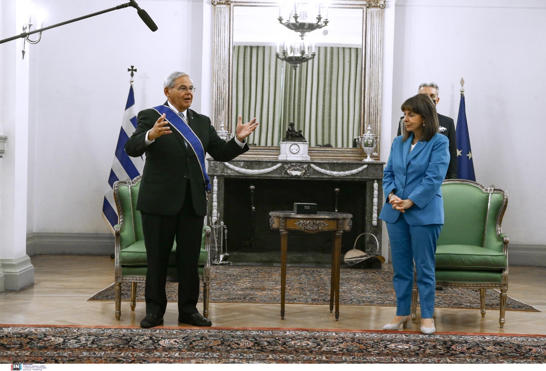 Κατερίνα Σακελλαροπούλου – Μπομπ Μενέντεζ: Φωτογραφίες από την παρασημοφόρηση του φιλέλληνα γερουσιαστή των ΗΠΑ