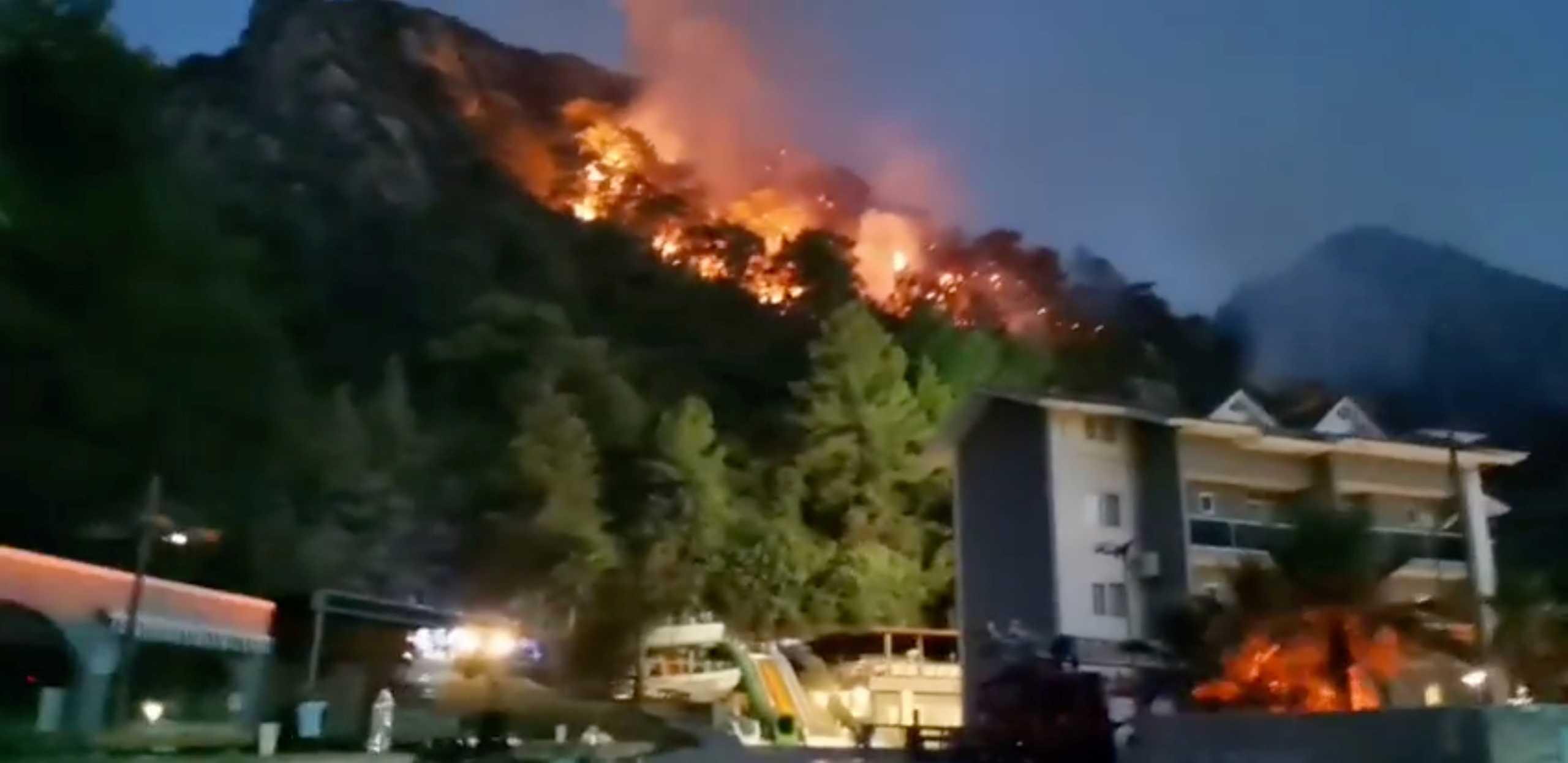 Τουρκία: Για πέμπτη μέρα οι φλόγες πολιορκούν παραλιακά θέρετρα – στους 8 οι νεκροί