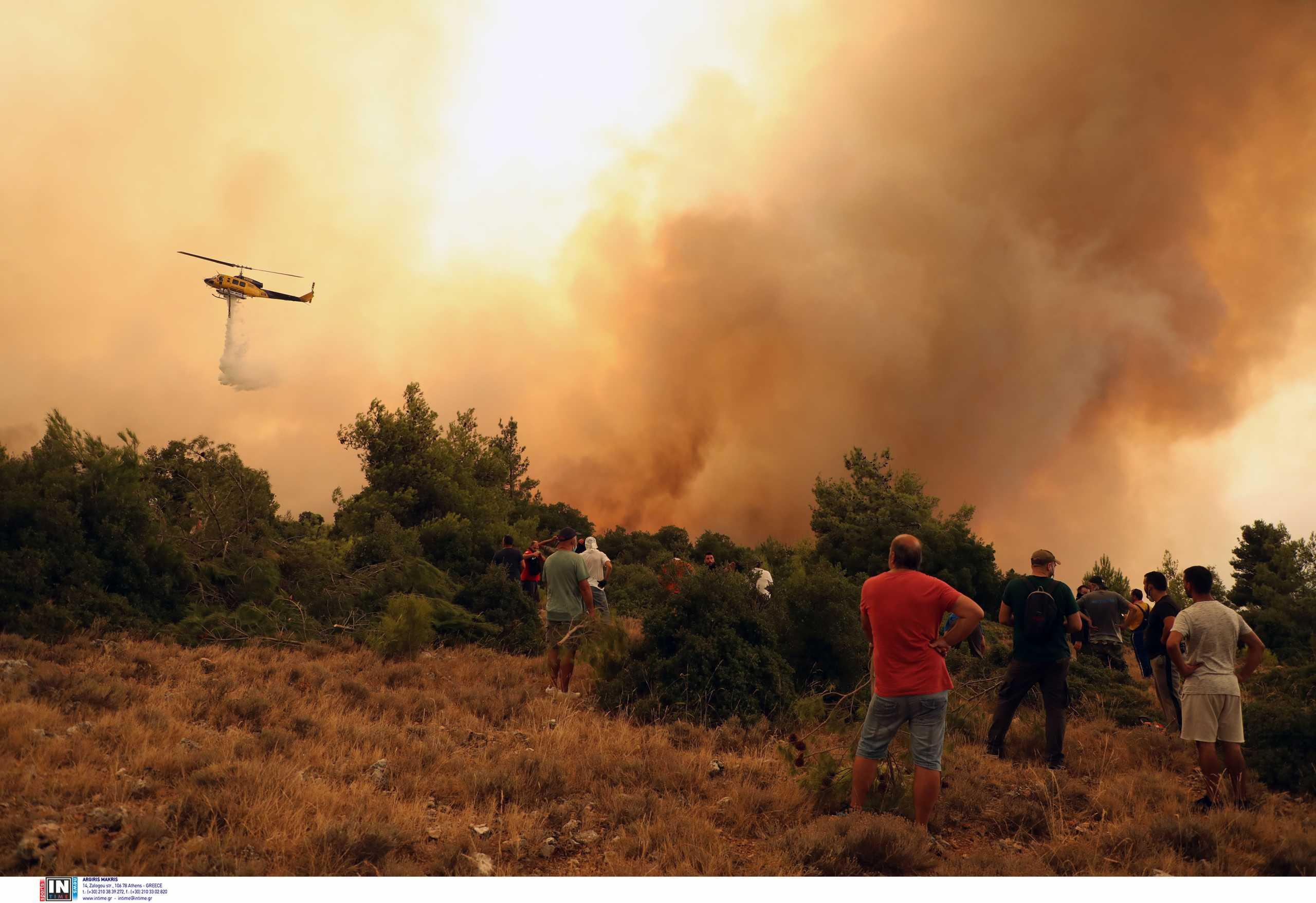 Φωτιά στα Βίλια: Τιτάνιες προσπάθειες να σωθούν τα σπίτια – Η εικόνα της φωτιάς από το διάστημα