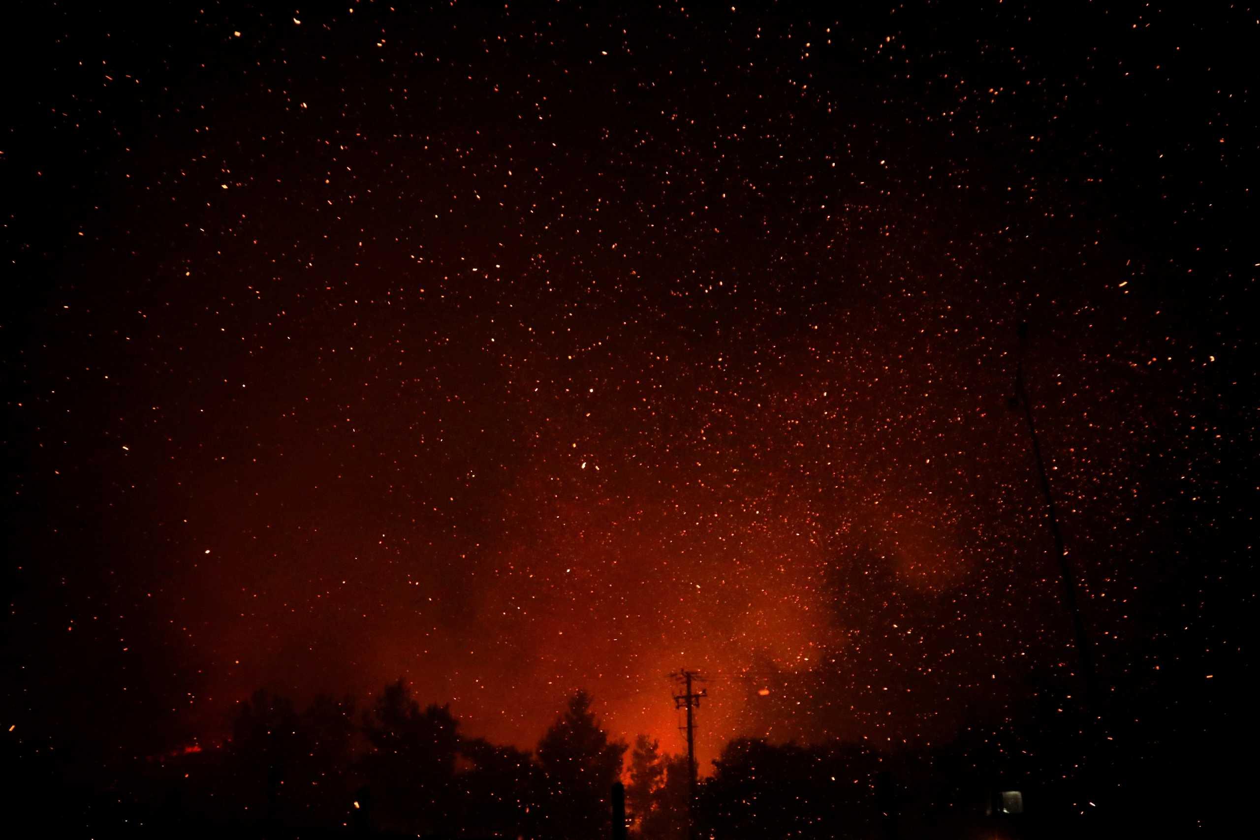 Οι φλόγες κυκλώνουν τα χωριά Αμέλαντες και Σκεπαστή στην Εύβοια