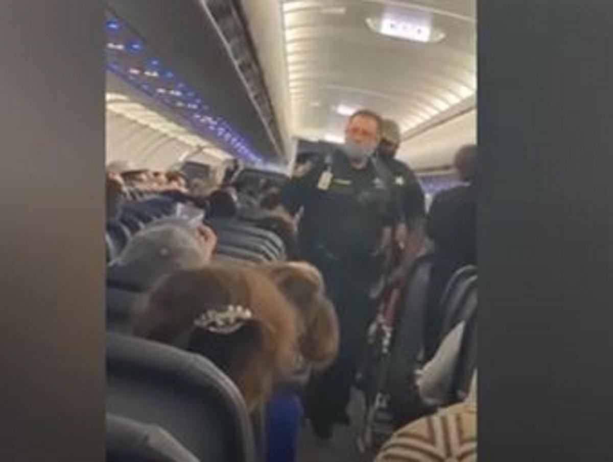Αναστάτωση σε πτήση: Θεριακλού σπέρνει τον πανικό και την πετάνε έξω