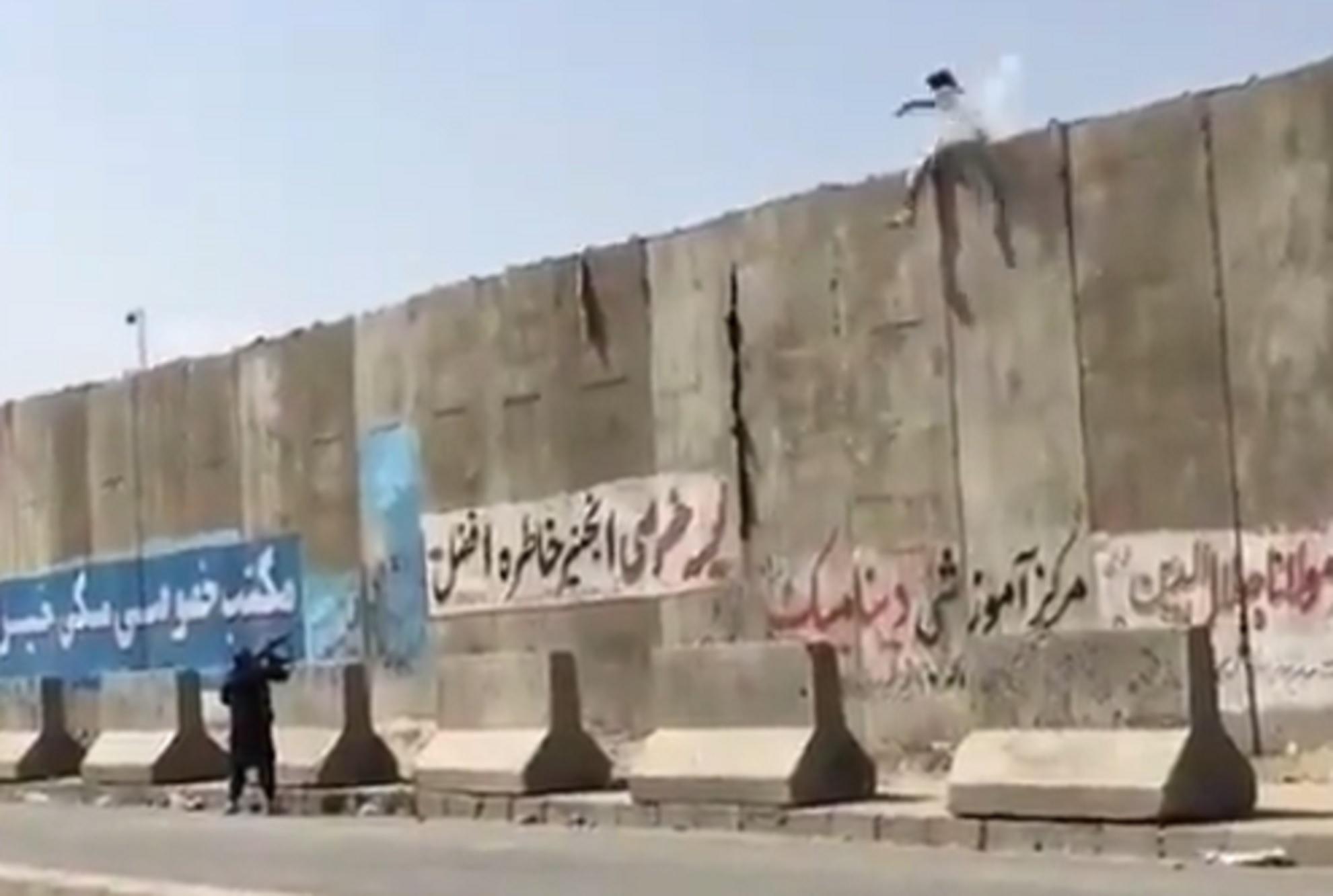 Αφγανιστάν: Ταλιμπάν πυροβολεί εν ψυχρώ πολίτη στο αεροδρόμιο – Σοκαριστικό βίντεο