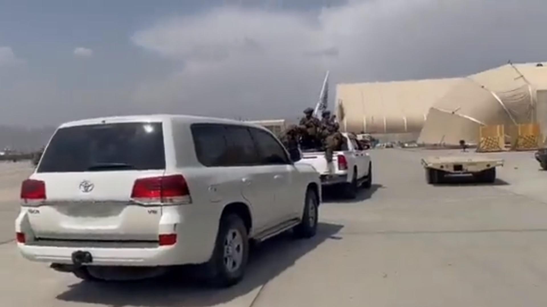 Αφγανιστάν: Ο γύρος του θριάμβου στο αεροδρόμιο της Καμπούλ από τους Ταλιμπάν
