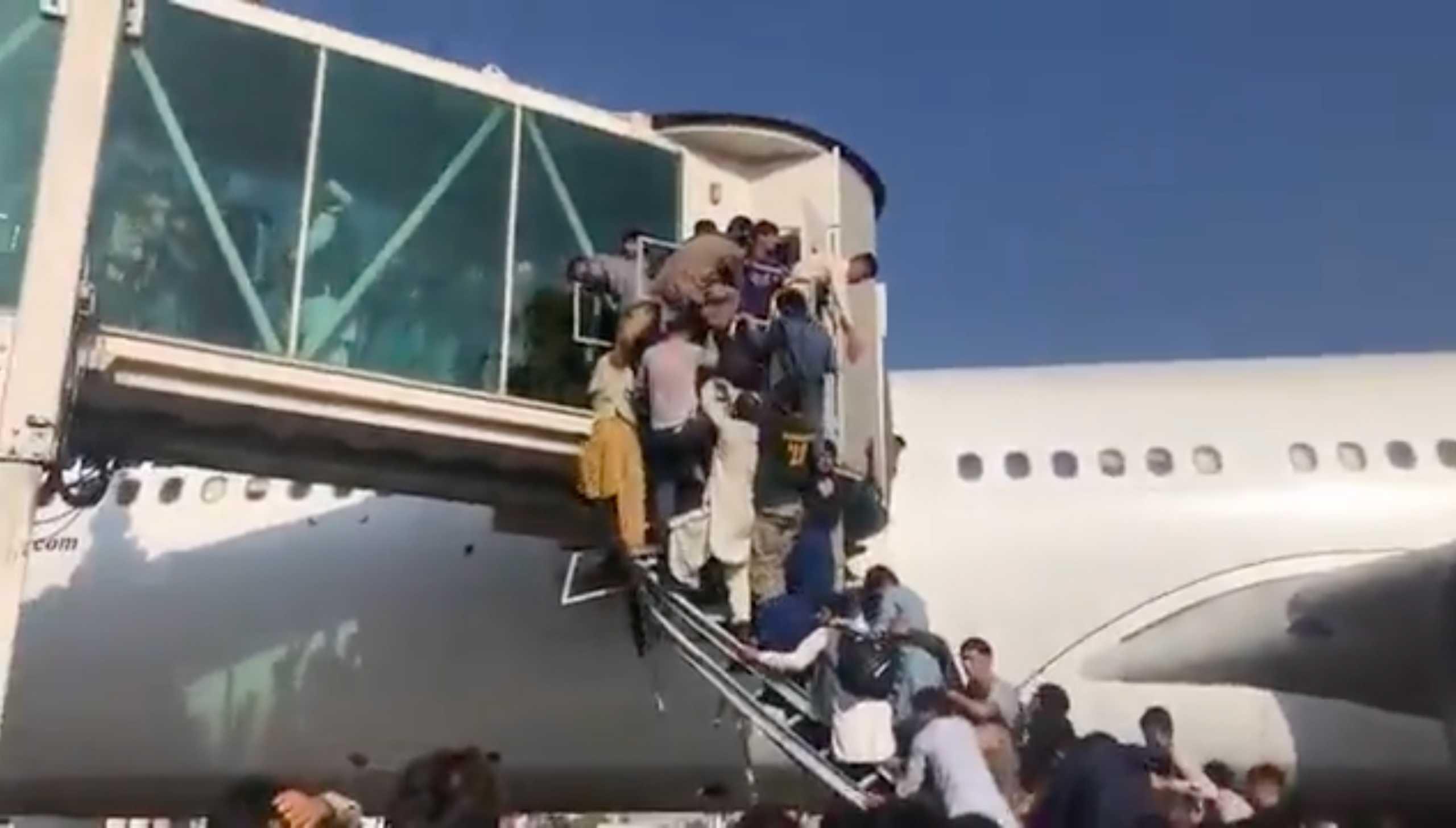 Αφγανιστάν: Εικόνες απόγνωσης στο αεροδρόμιο της Καμπούλ – Ποδοπατήθηκαν για να φύγουν – Πυροβολισμοί στον αέρα