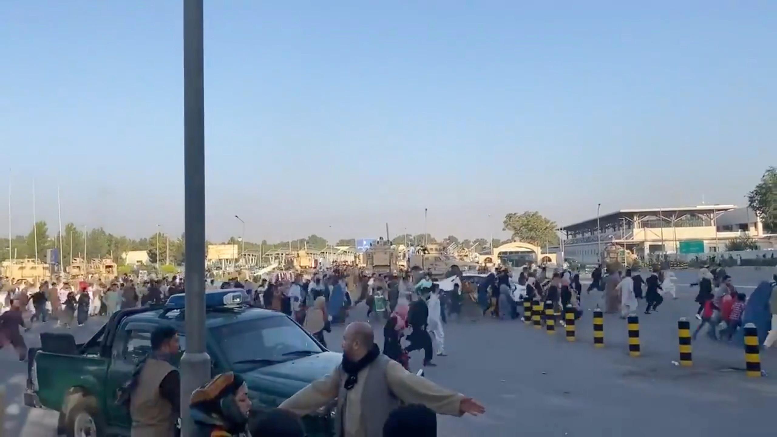 Αφγανιστάν: Χάος στο αεροδρόμιο της Καμπούλ – Άνθρωποι ποδοπατήθηκαν μέχρι θανάτου
