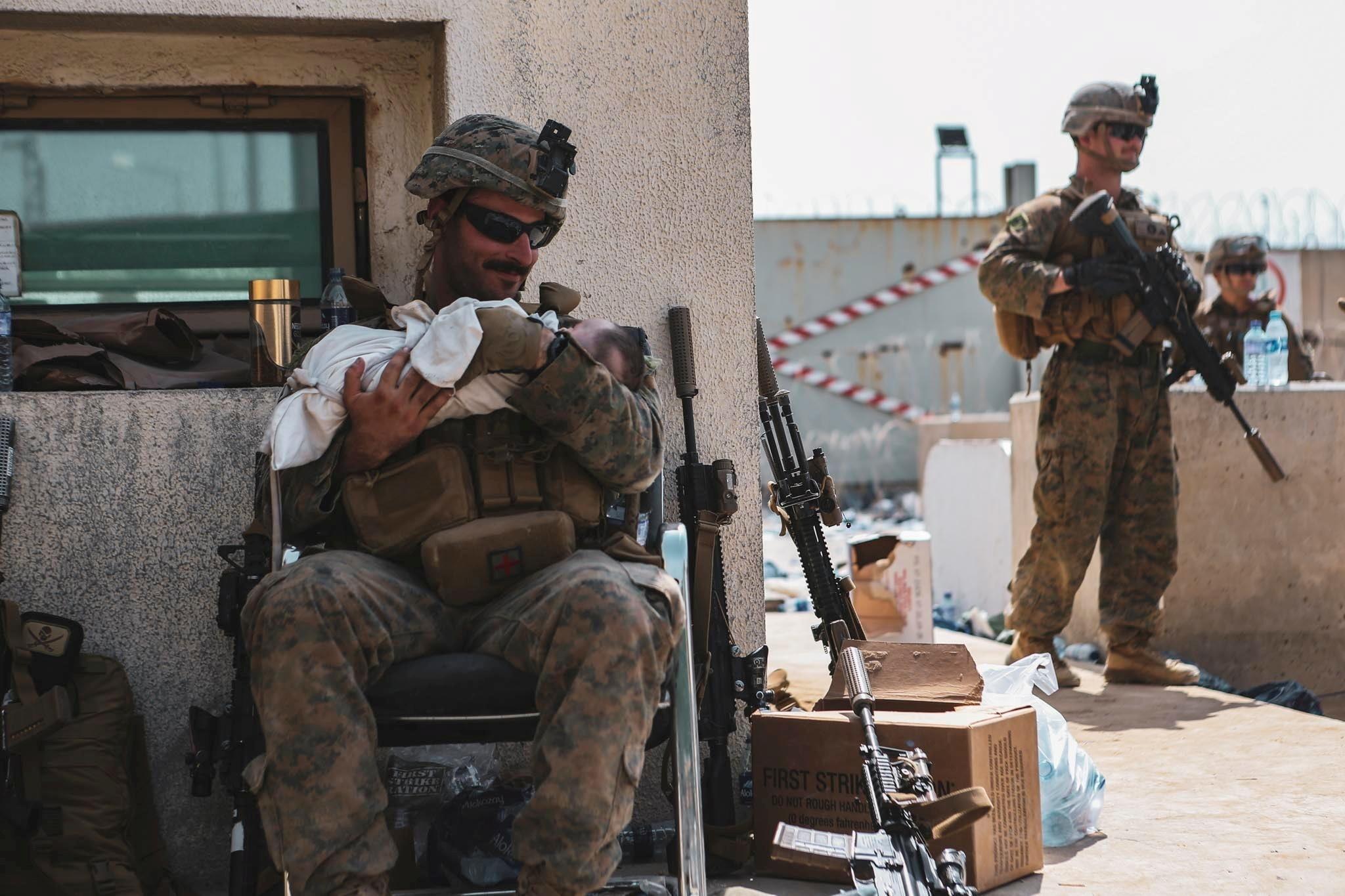Αφγανιστάν: Ο στρατιώτης με το μωρό αγκαλιά – Οι φωτογραφίες που έγιναν viral