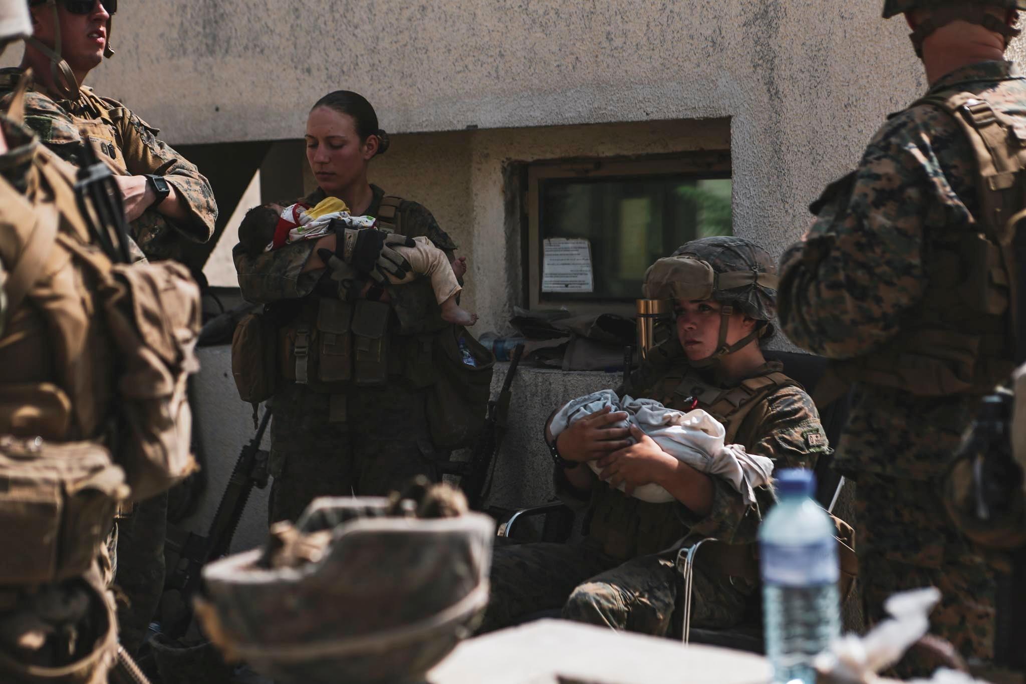 Αφγανιστάν: Νεκρή από την τρομοκρατική επίθεση η πεζοναύτης που είχε αγκαλιά το ξυπόλυτο παιδί