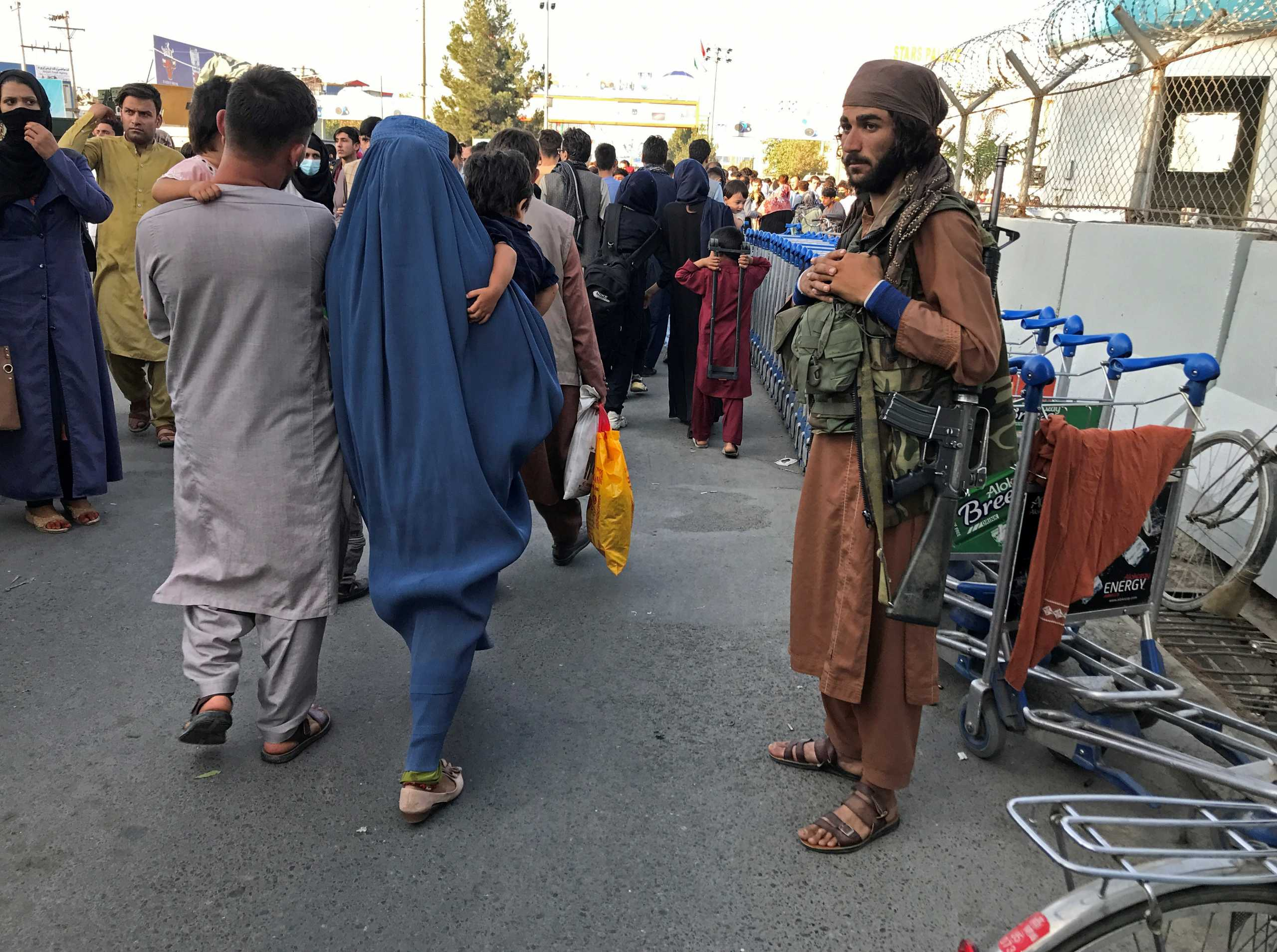 Αφγανιστάν: Ψάχνουν δανεικά και πολιτικές συμμαχίες οι Ταλιμπάν – Συνάντηση με τον Χαμίντ Καρζάι