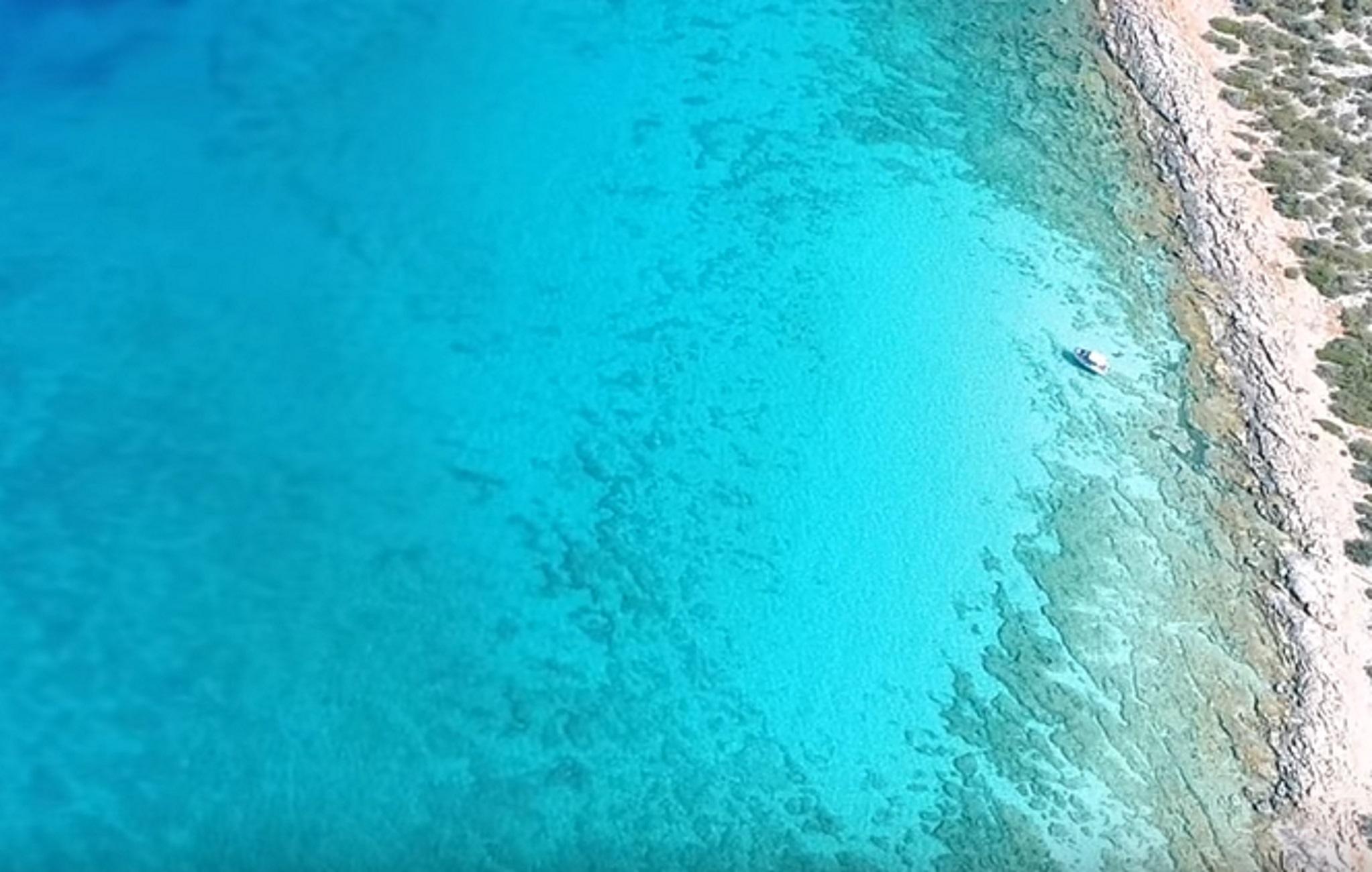 Αργολίδα: Προλαβαίνετε ακόμα – Η εκπληκτική παραλία με τα νερά που θυμίζουν Καραϊβική