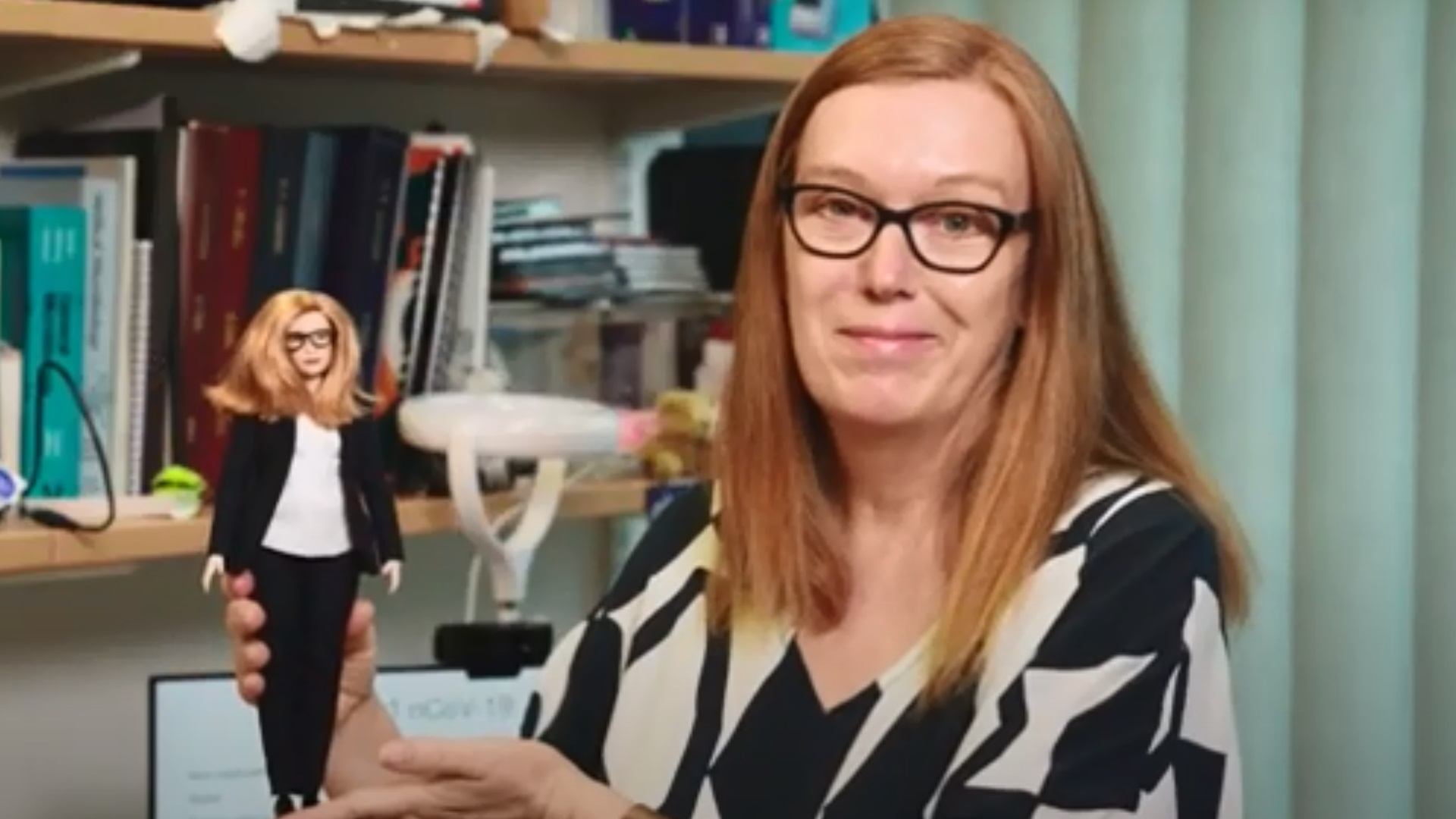 Barbie: Η δημιουργός του εμβολίου της AstraZeneca γίνεται κούκλα