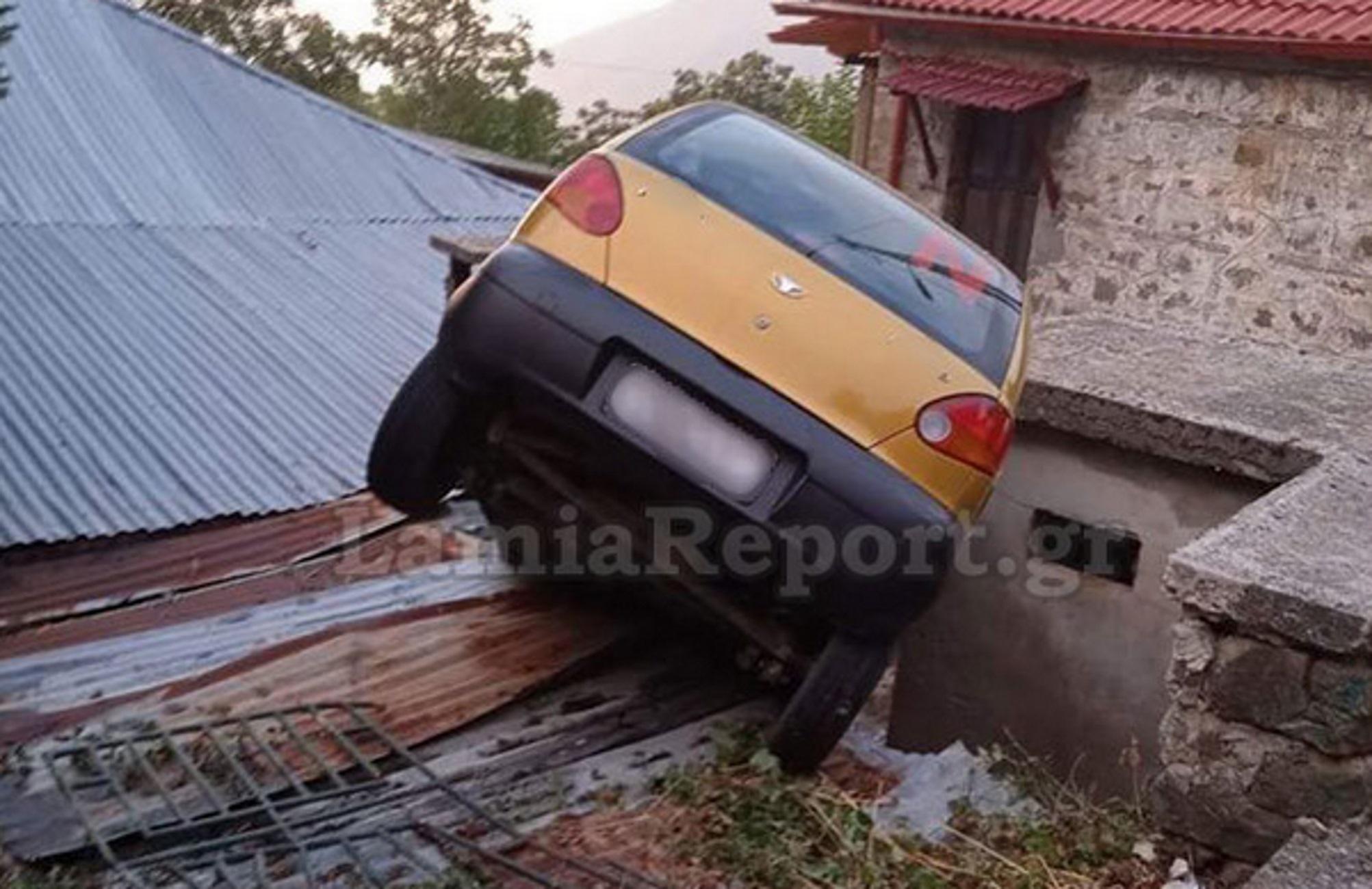 Φθιώτιδα: Αυτοκίνητο κατέληξε σε αυλή σπιτιών – Οι εικόνες μετά το αναπάντεχο ατύχημα