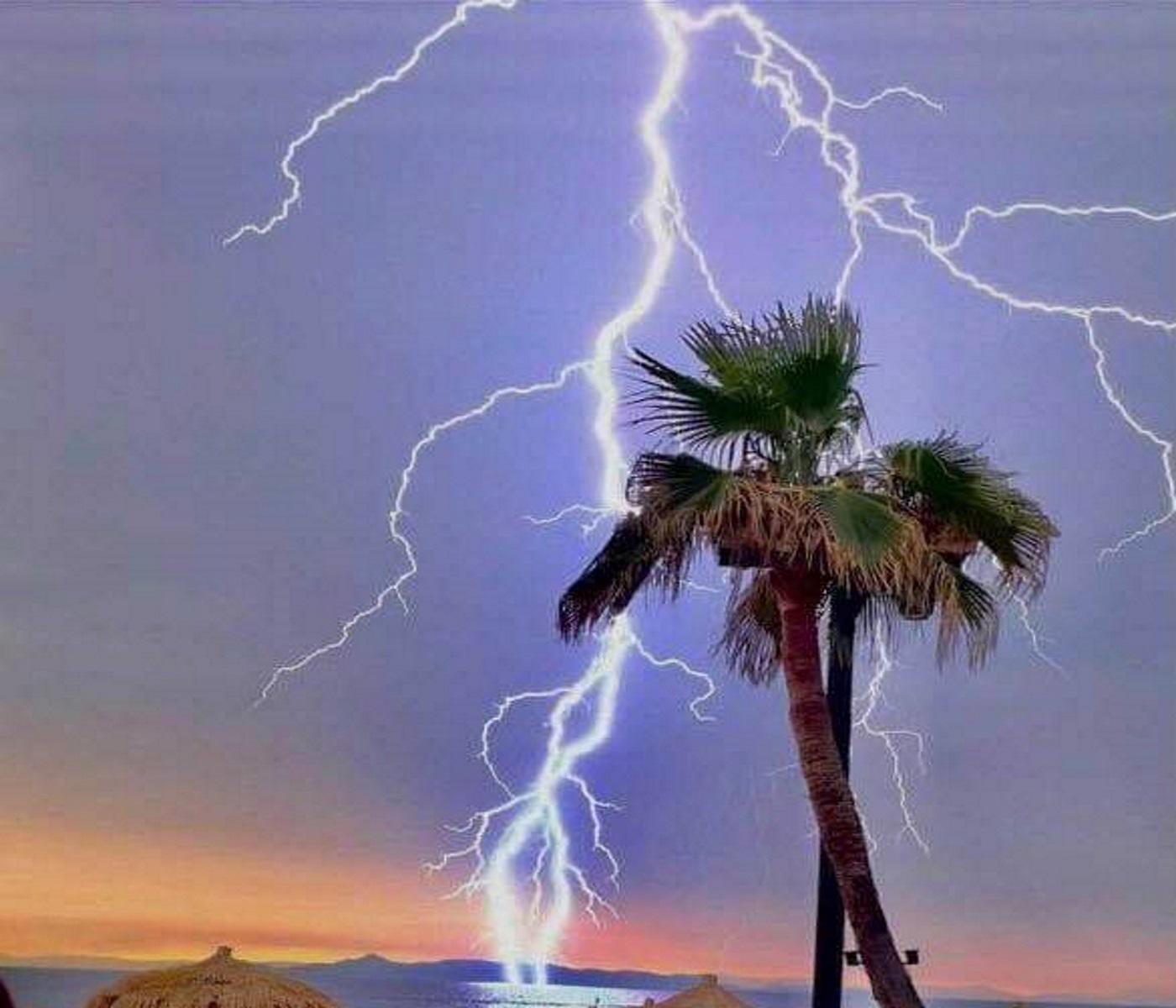 Βροχή στην Αθήνα: Η στιγμή που κεραυνός «χτυπά» στη θάλασσα