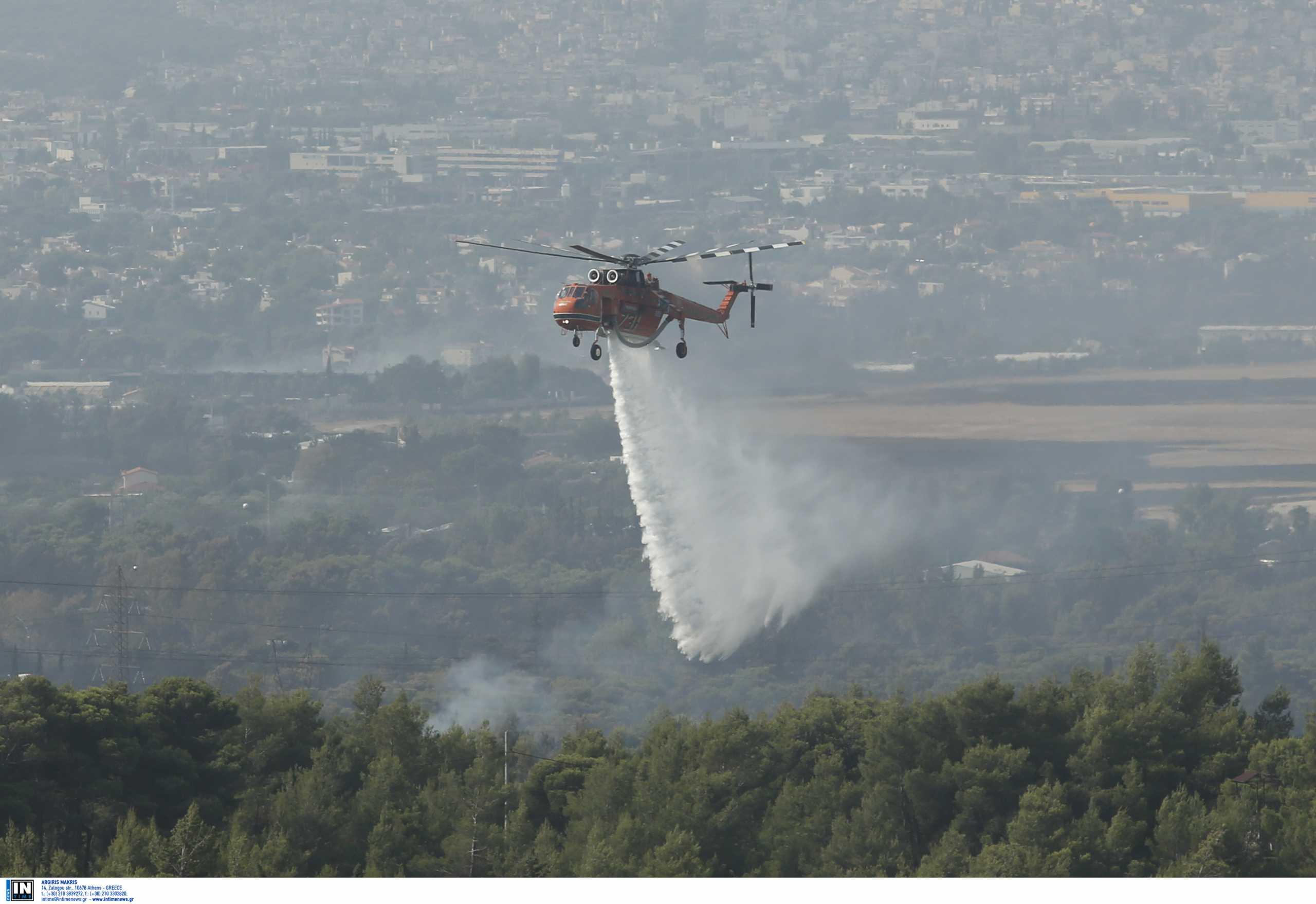 Φωτιά στη Βαρυμπόμπη: Ο Νίκος Χαρδαλιάς στην ενημέρωση για την επιχείρηση κατάσβεσης