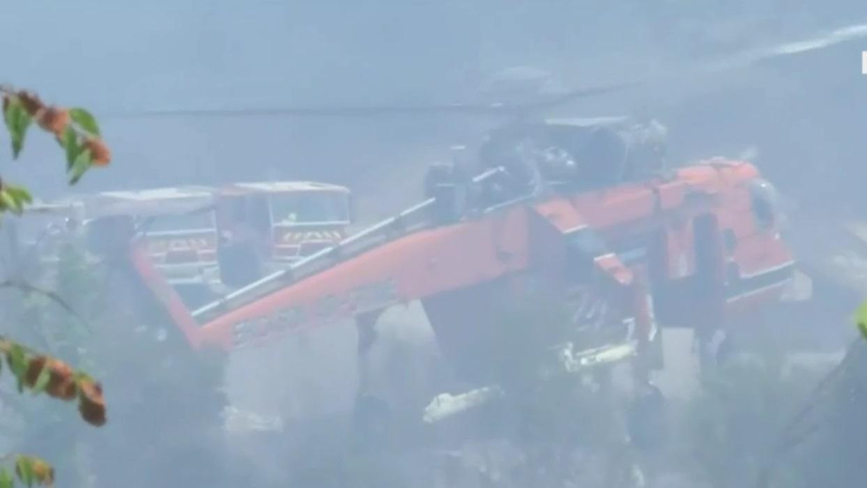 Φωτιά στην Αρκαδία: Ελικόπτερο Έρικσον ανεφοδιάζεται στο Λάδωνα ποταμό
