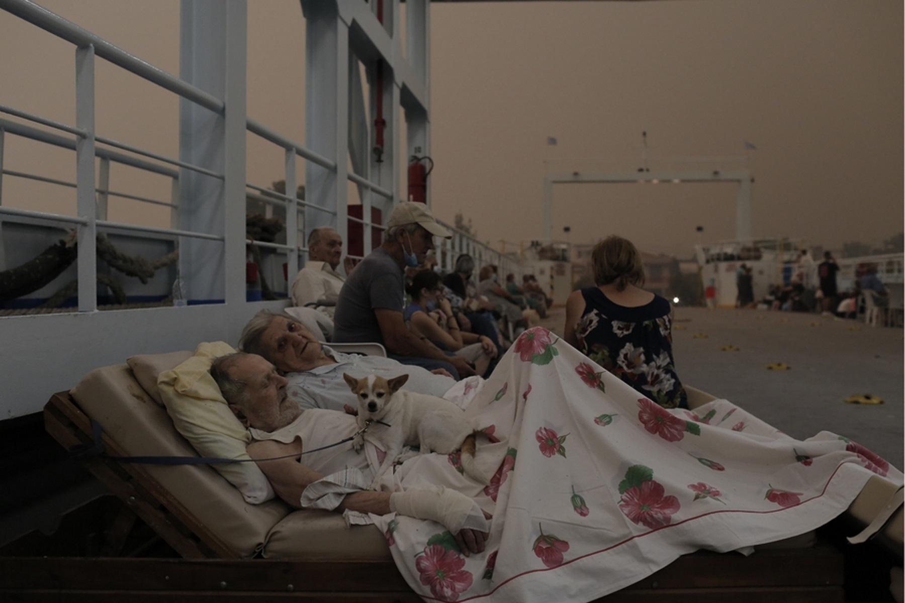 Φωτιές στην Εύβοια: «Γροθιά στο στομάχι» η φωτογραφία ηλικιωμένου ζευγαριού