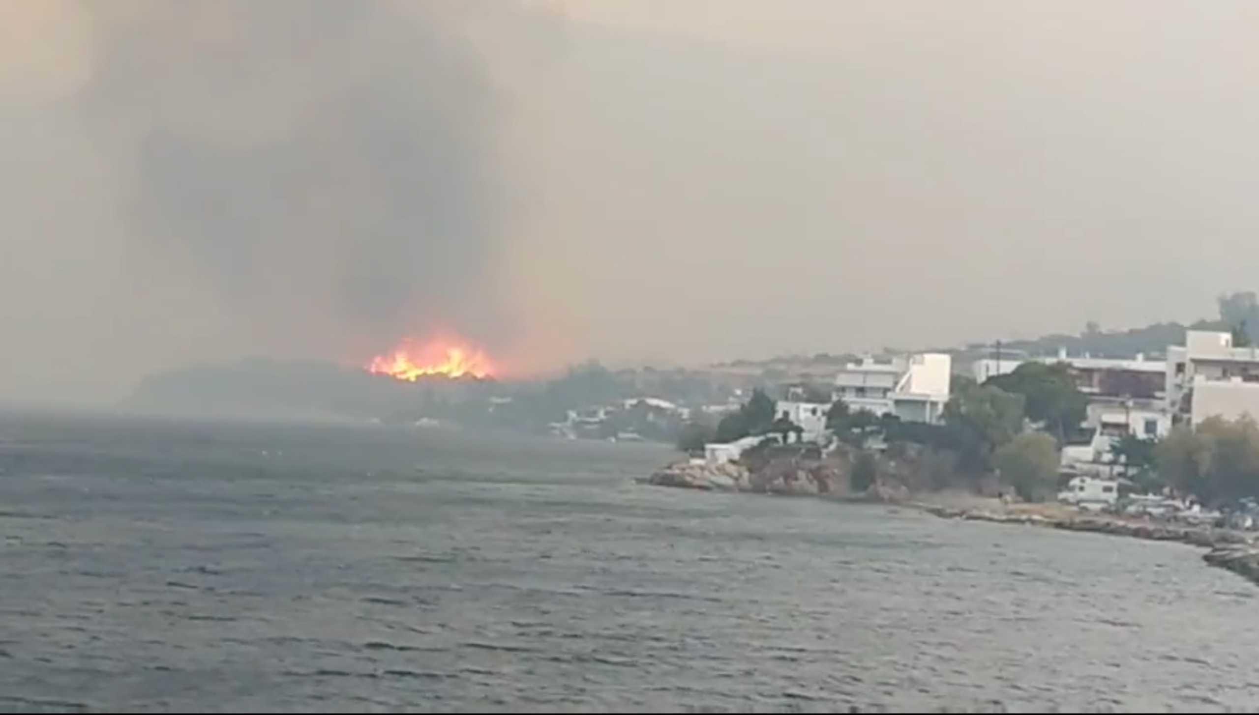 Φωτιά στην Κάρυστο: Διάσπαρτα τα μέτωπα – Σώθηκε το Μαρμάρι, ζημιές σε σπίτια
