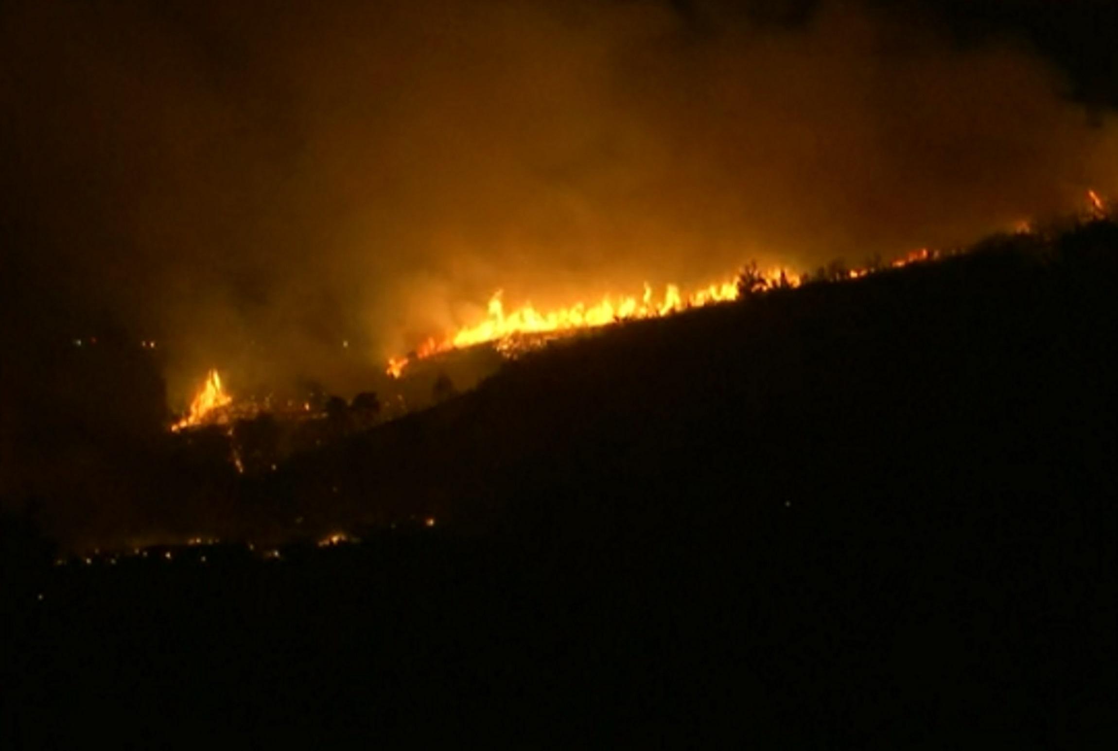 Φωτιές στην Αττική: Τριπλός «εφιάλτης» – Κινδυνεύουν Θρακομακεδόνες, Άγιος Στέφανος και Αφίδνες