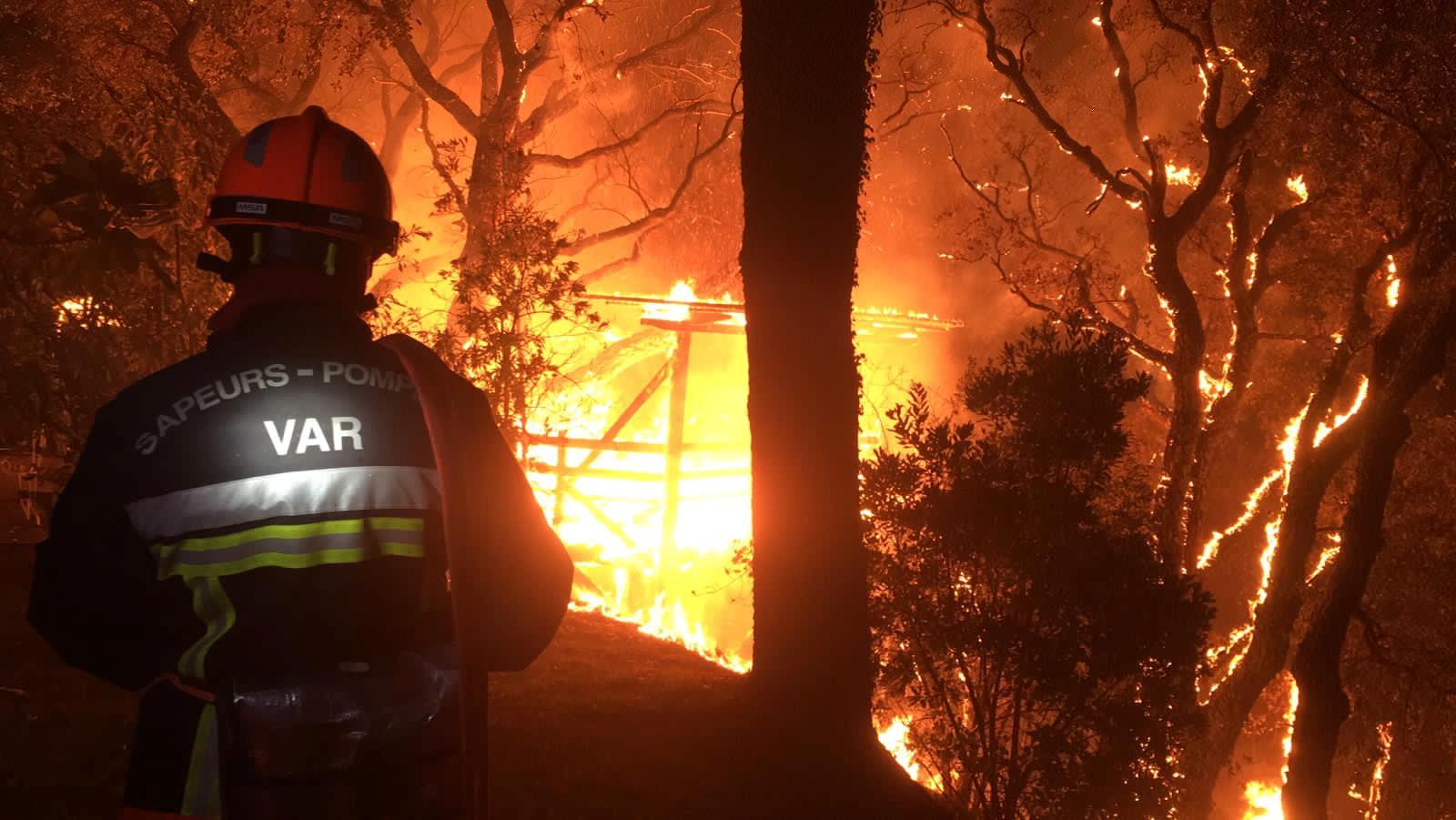 Φωτιά στην Γαλλία: Ολονύχτια μάχη με τις φλόγες στο Σεν Τροπέ – Στο σημείο ο Εμανουέλ Μακρόν