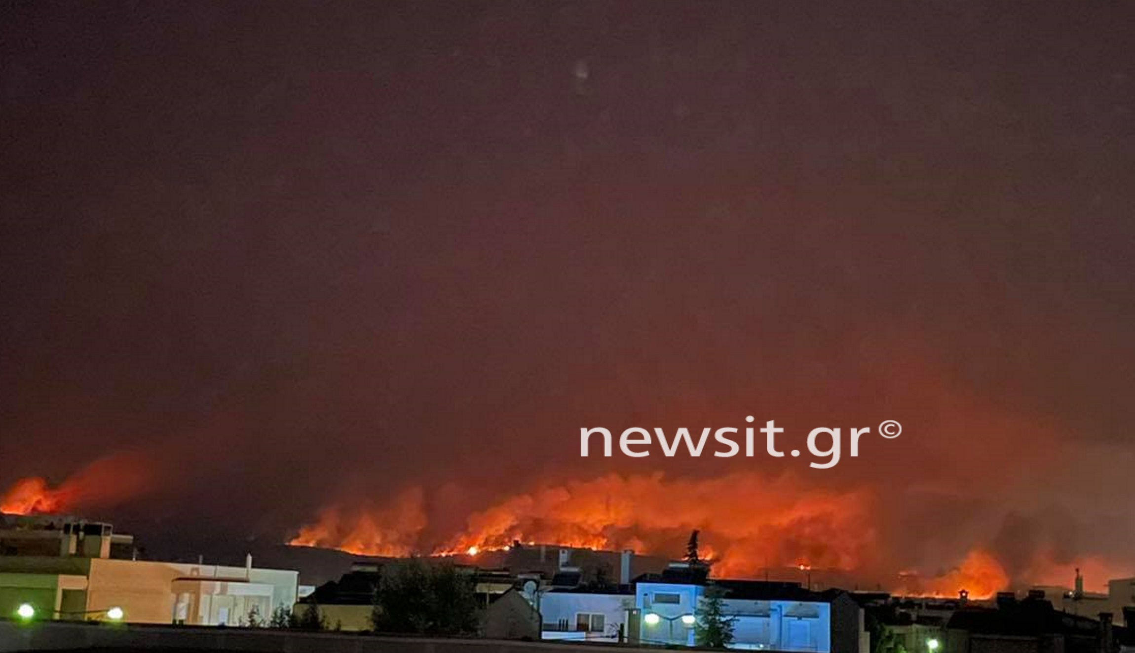 Η φωτιά πέρασε την Εθνική Οδό και πλησιάζει Άγιο Στέφανο – Συγκλονιστικές εικόνες