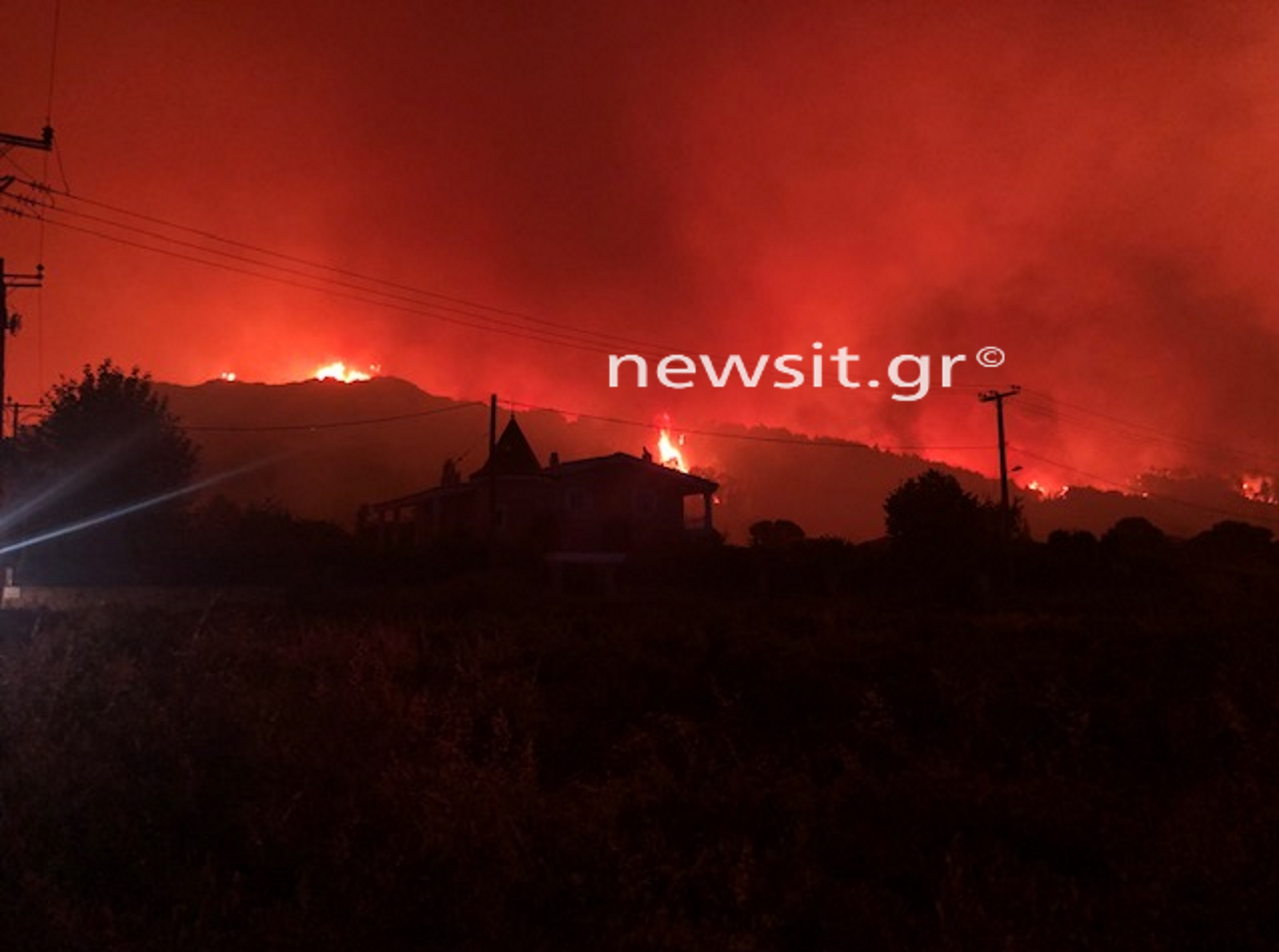 Φωτιά σε Δροσοπηγή – Κρυονέρι: Το newsit.gr στο ανεξέλεγκτο πύρινο μέτωπο