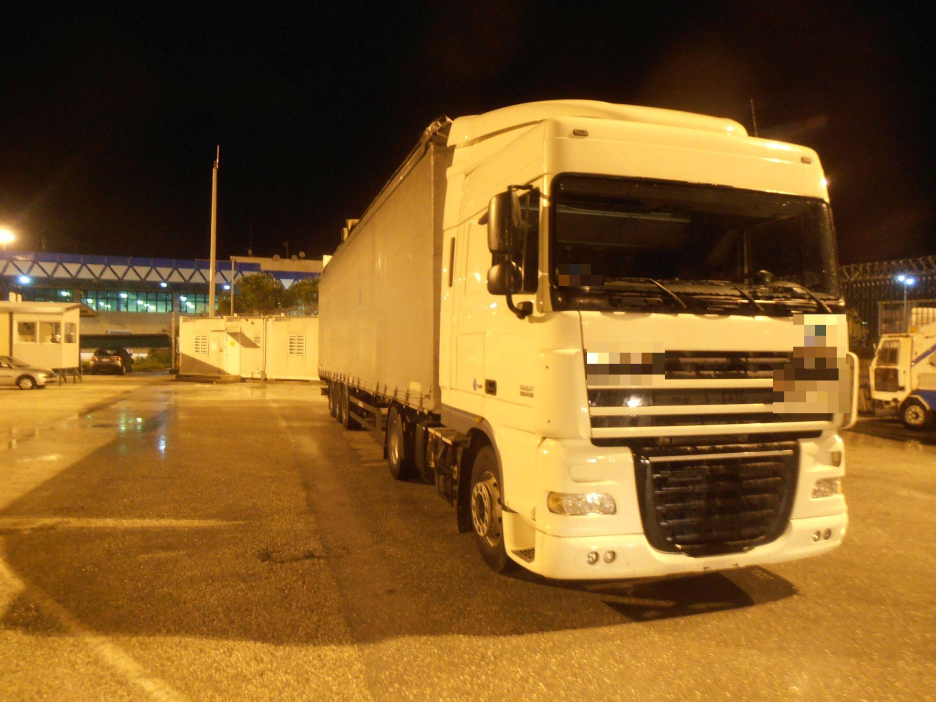 Φορτηγατζής θα πέρναγε από τη Βόρεια Μακεδονία 90 κιλά χασίς μέσα σε ρεζέρβες