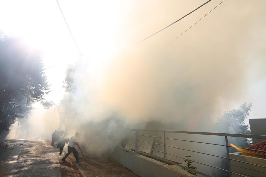 Φωτιές στην Αττική: Καλύτερη εικόνα στην Μαλακάσα, αναζωπυρώσεις σε Θρακομακεδόνες και Ιπποκράτειο Πολιτεία