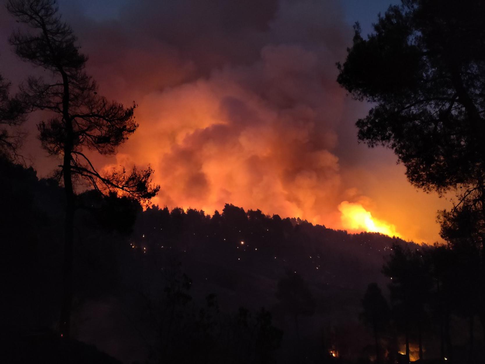Φωτιά στην Εύβοια – Δήμαρχος Μαντουδίου: Καίγονται πάνω από 100 σπίτια, κάτοικοι έχουν παραμείνει