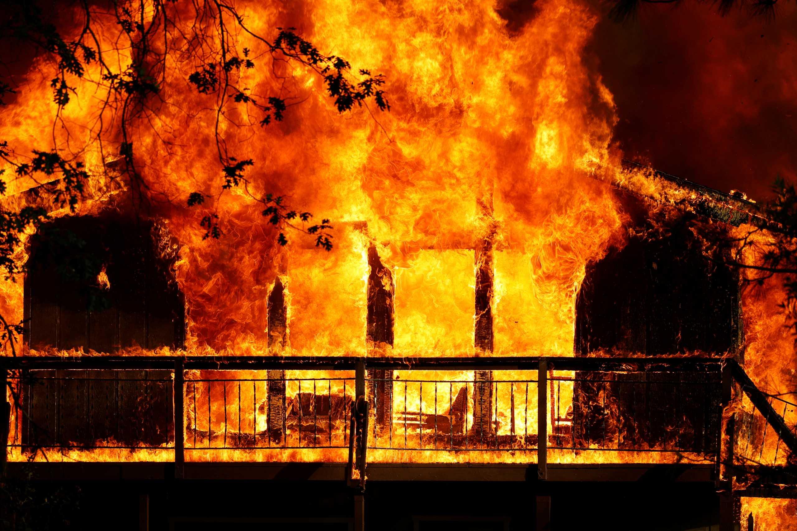 Καλιφόρνια: Μαίνονται οι τεράστιες φωτιές – Έφυγαν από τα σπίτια τους άλλοι 2.000 κάτοικοι