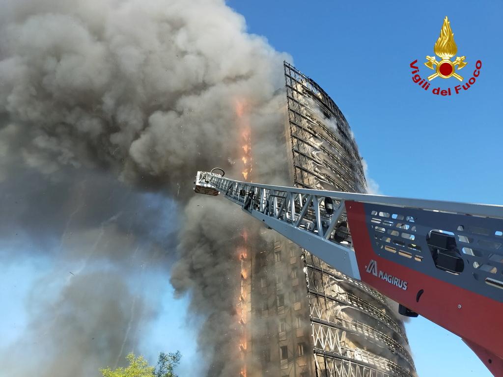 Ιταλία: Μνήμες από τον Γκρένφελ Τάουερ ξύπνησε η φωτιά σε ουρανοξύστη στο Μιλάνο