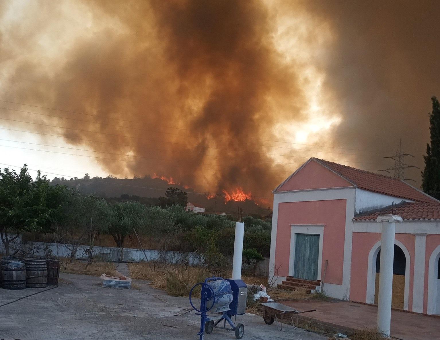 Φωτιά στη Ρόδο: Παραδομένο στις φλόγες το νησί  – Τεράστιος ο κίνδυνος πυρκαγιάς αύριο σε όλη τη χώρα