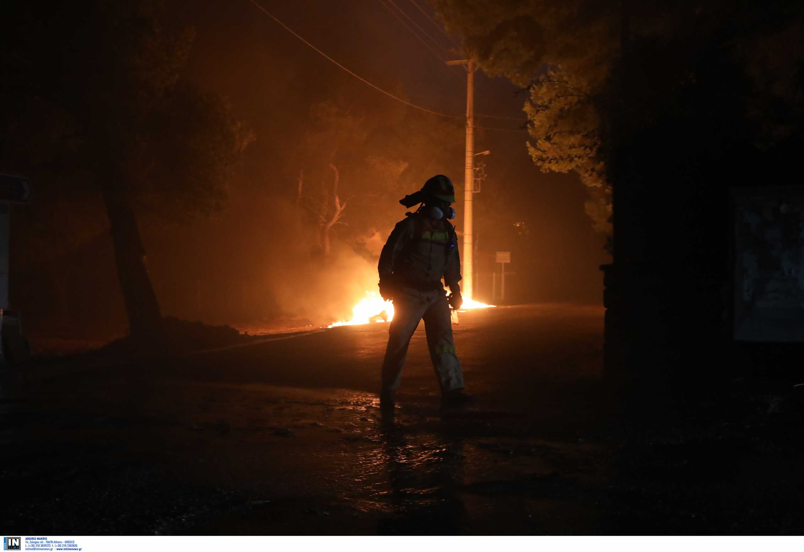 Φωτιά στην Βαρυμπόμπη: Ολονύχτια μάχη με τις φλόγες – Εκκενώνεται μέρος του Κρυονερίου