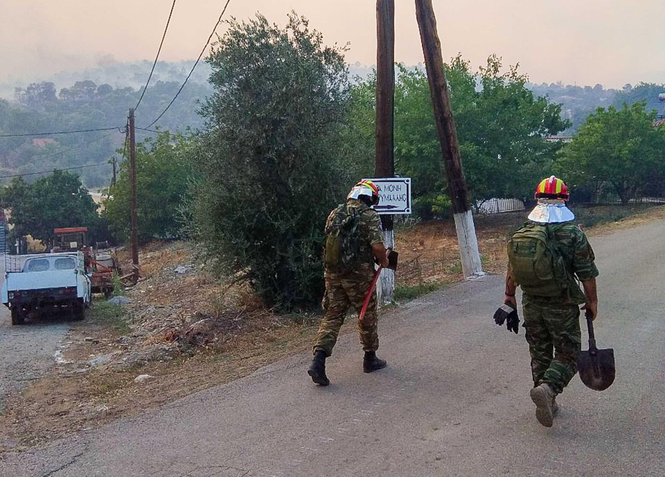 Στη «μάχη» με τις φωτιές και ο στρατός: Drone και ελικόπτερα σε όλη την επικράτεια