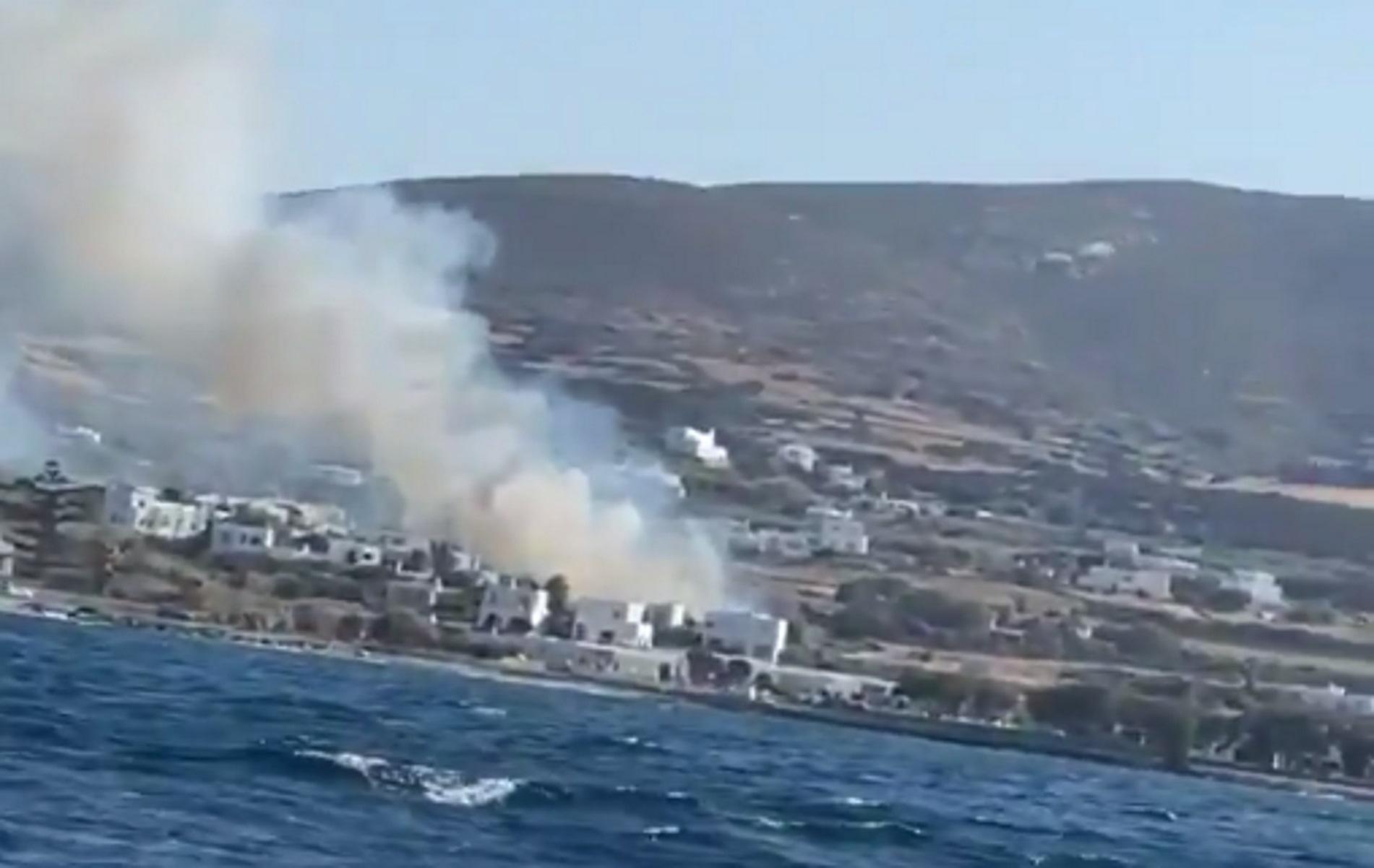 Φωτιά στη Νάουσα της Πάρου – Ισχυροί άνεμοι σπρώχνουν τις φλόγες προς τα σπίτια