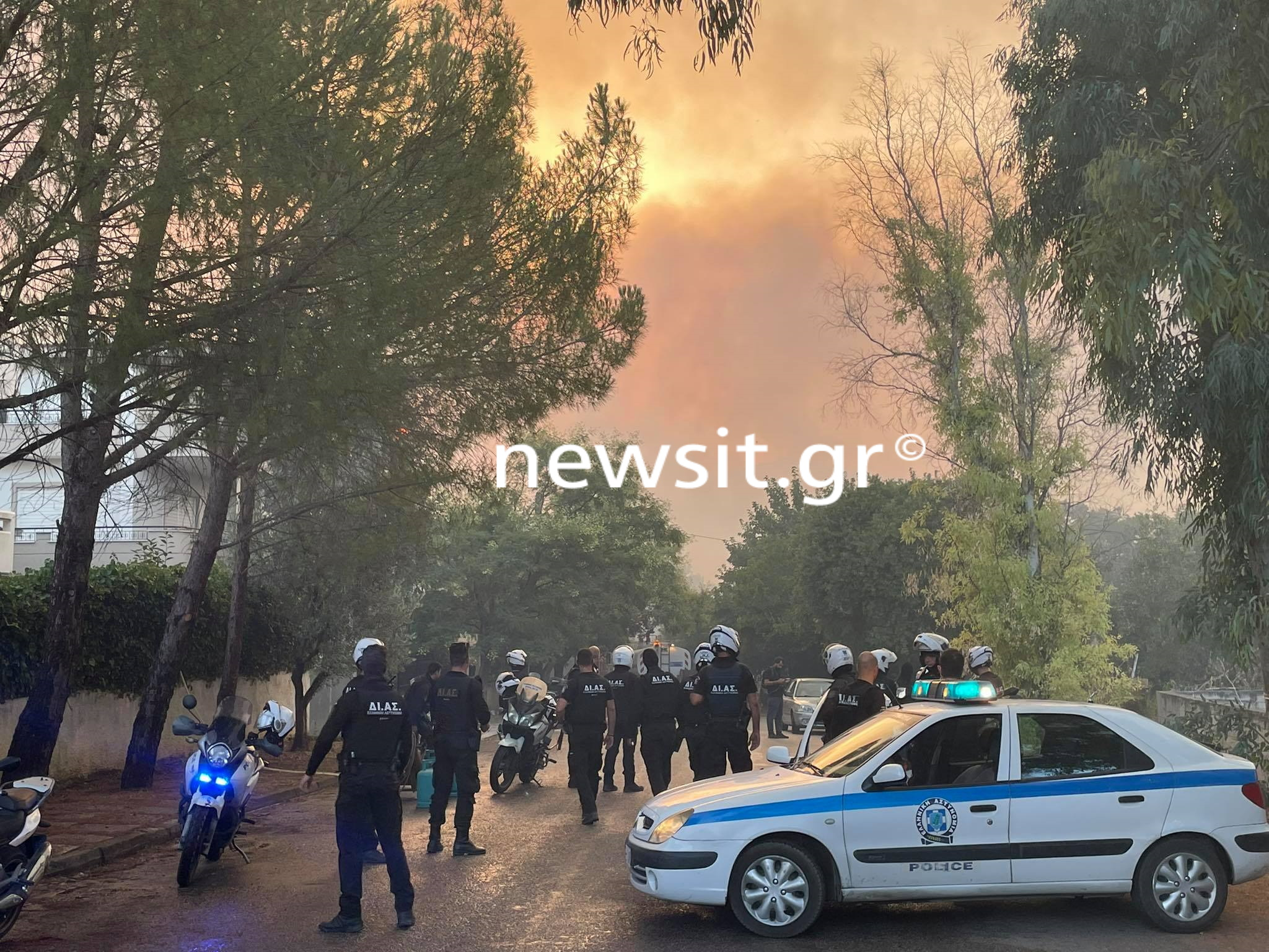 Φωτιά στη Βαρυμπόμπη: Μια ανάσα από σπίτια – Εκκενώθηκαν περιοχές