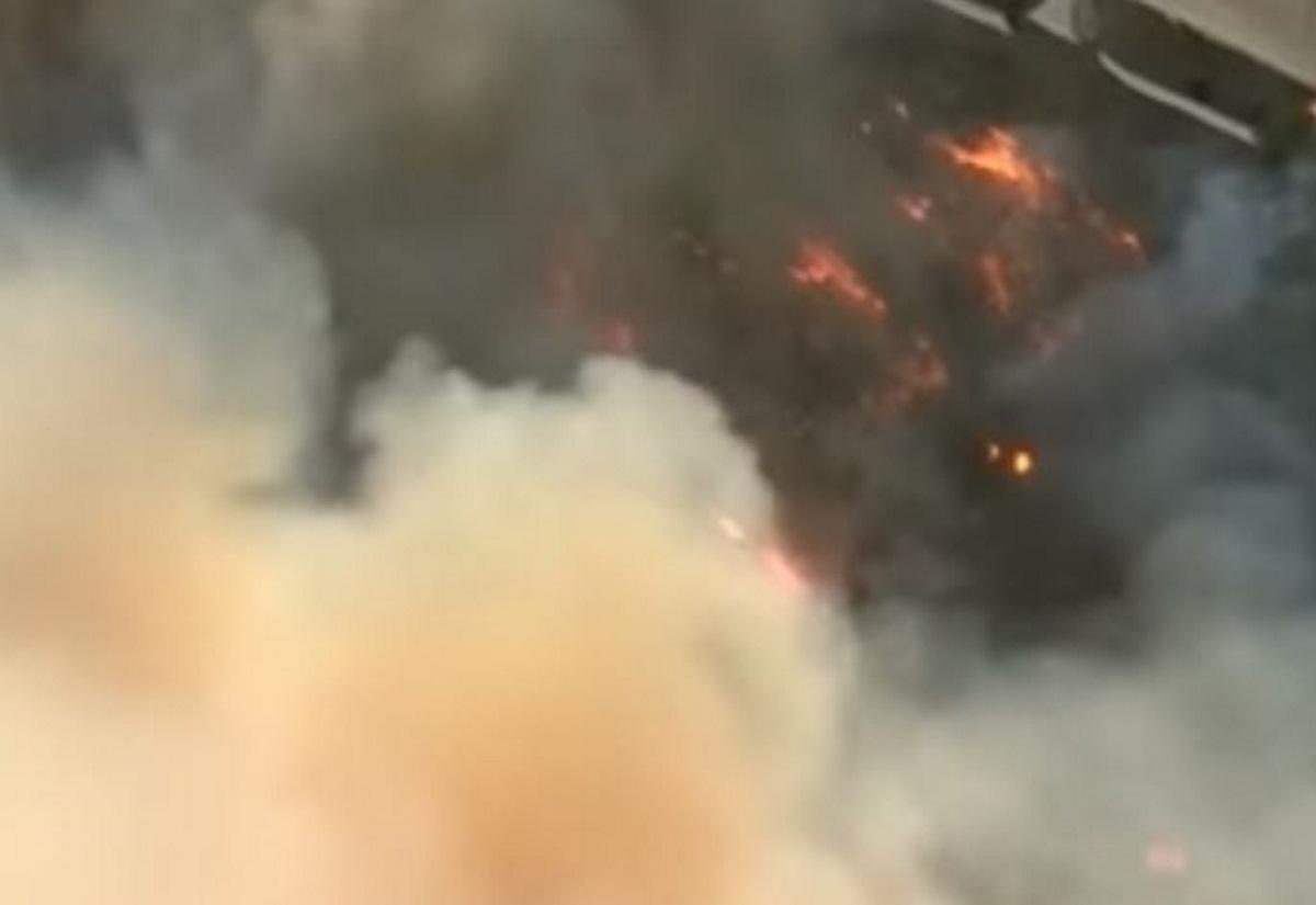 Φωτιά στην Εύβοια: Συγκλονιστικές εικόνες από το ρωσικό Beriev που πραγματοποιεί ρίψεις νερού