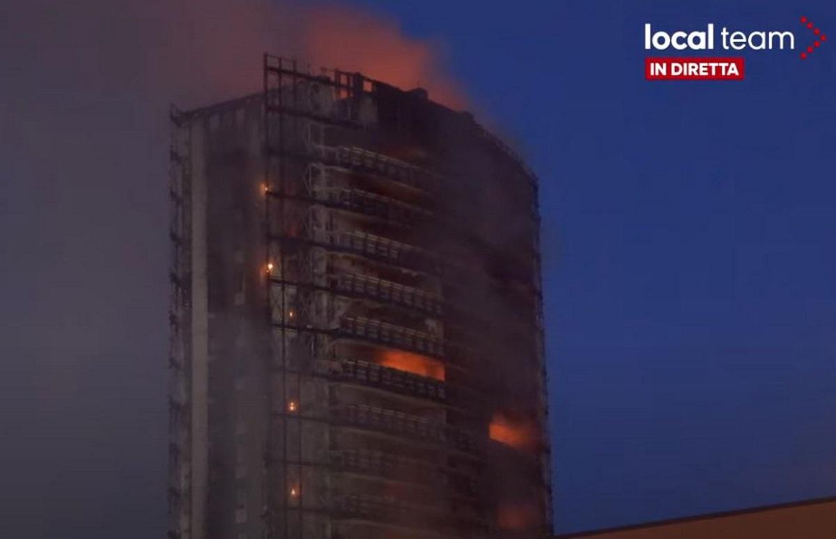 Ιταλία: Φωτιά σε ουρανοξύστη στο Μιλάνο – «Σώθηκε μόνο ο τσιμεντένιος σκελετός»