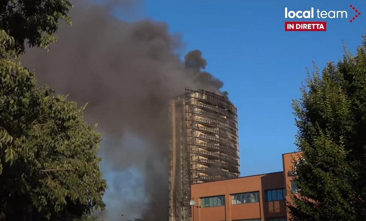 Ιταλία: Φωτιά σε ουρανοξύστη στο Μιλάνο