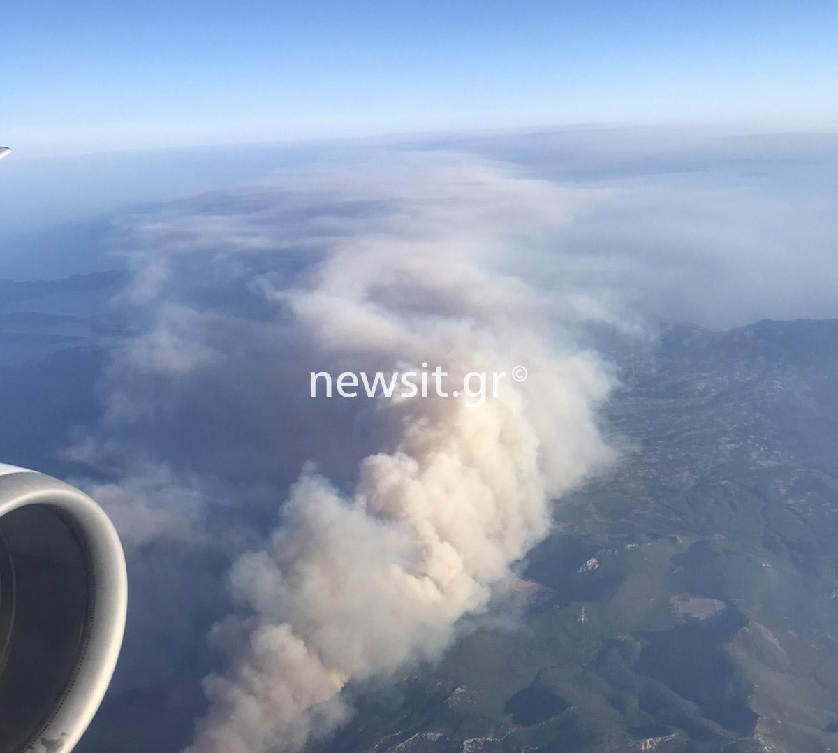 Η συγκλονιστική εικόνα της φωτιάς στην Αττική από το παράθυρο αεροπλάνου