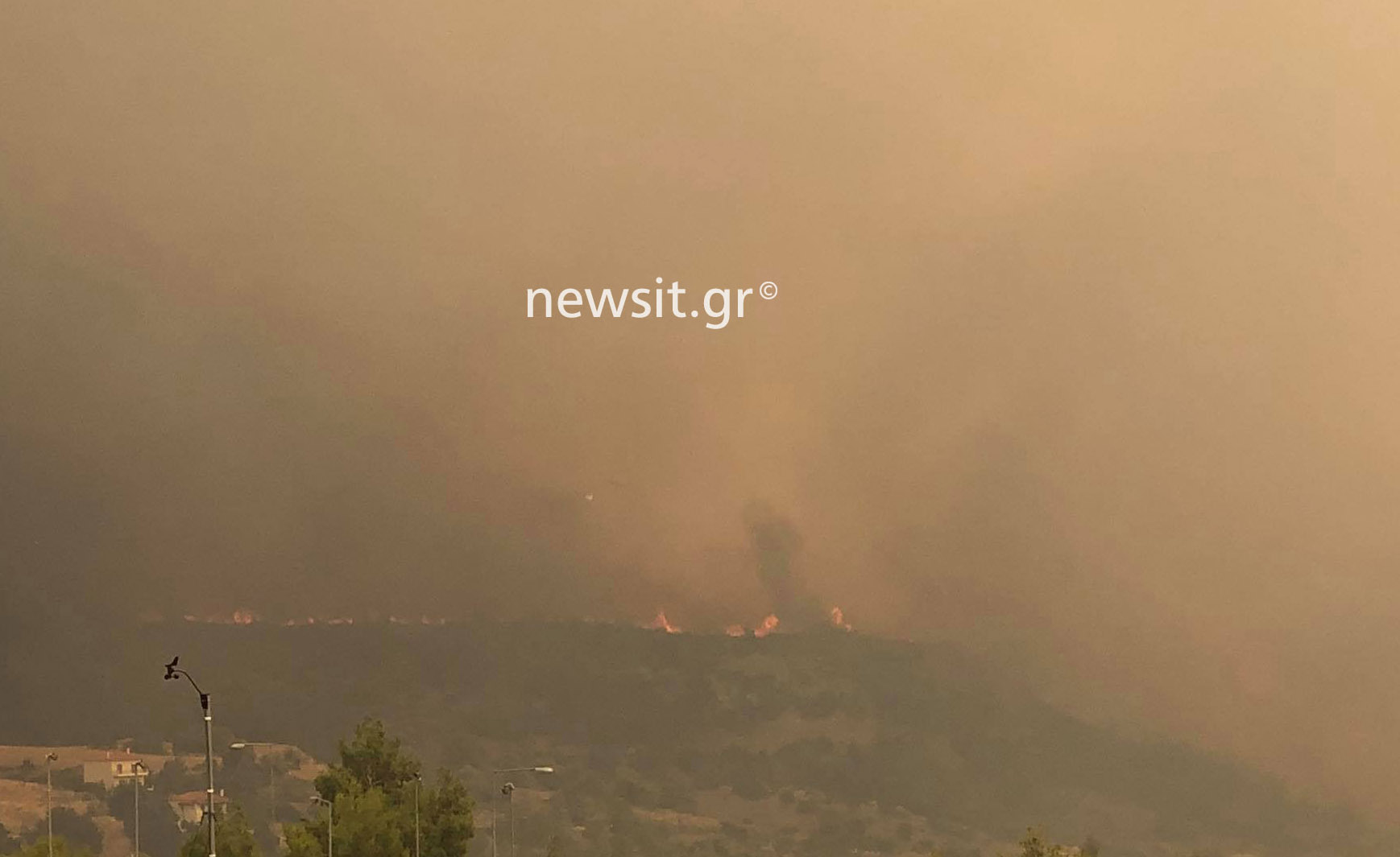 Η φωτιά πλησιάζει απειλητικά τα Βίλια: Αυτό είναι το μέτωπο
