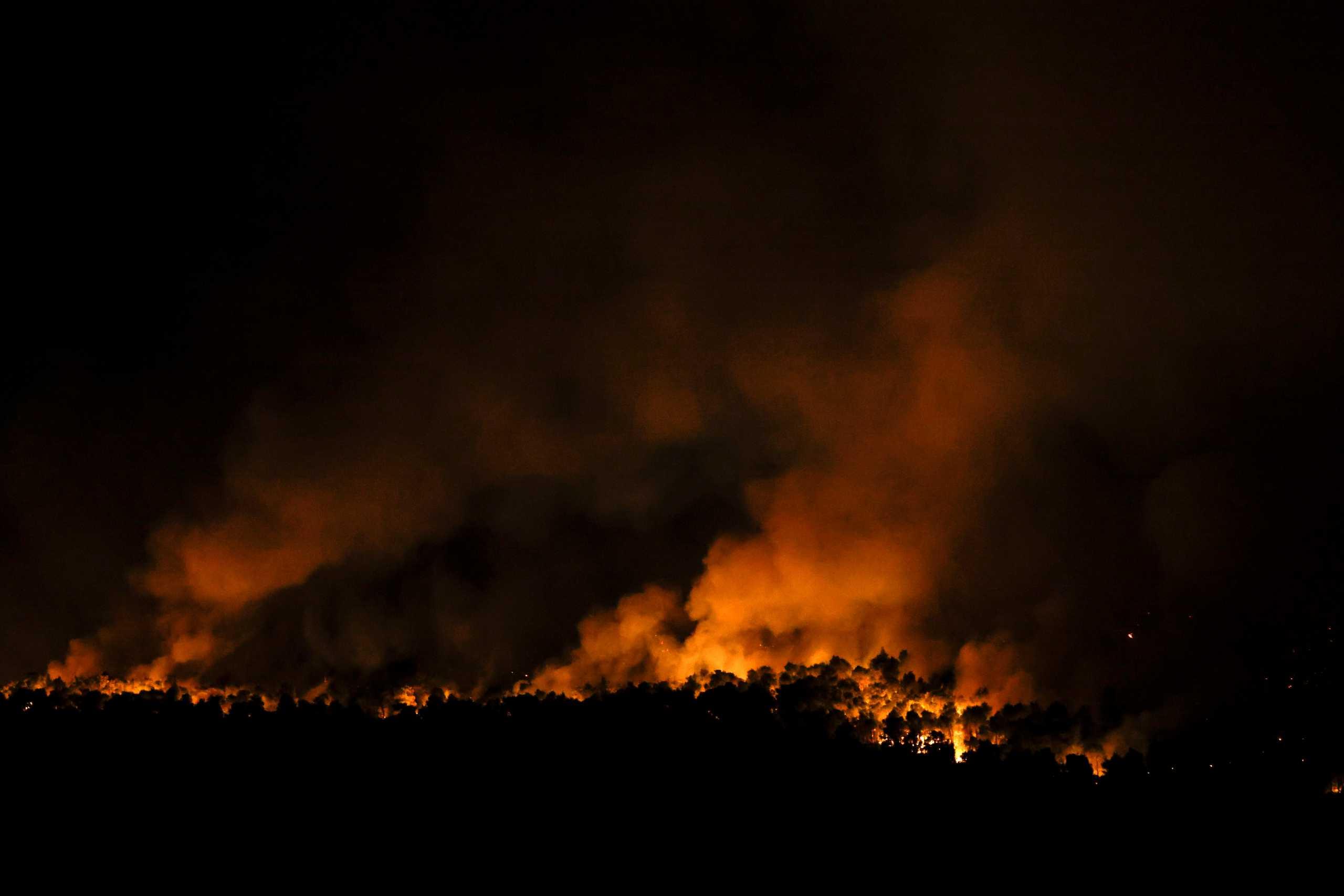 Φωτιά τώρα στη Νέα Μάκρη – Εστίες κοντά σε Άγιο Εφραίμ και οδό Δήμητρας