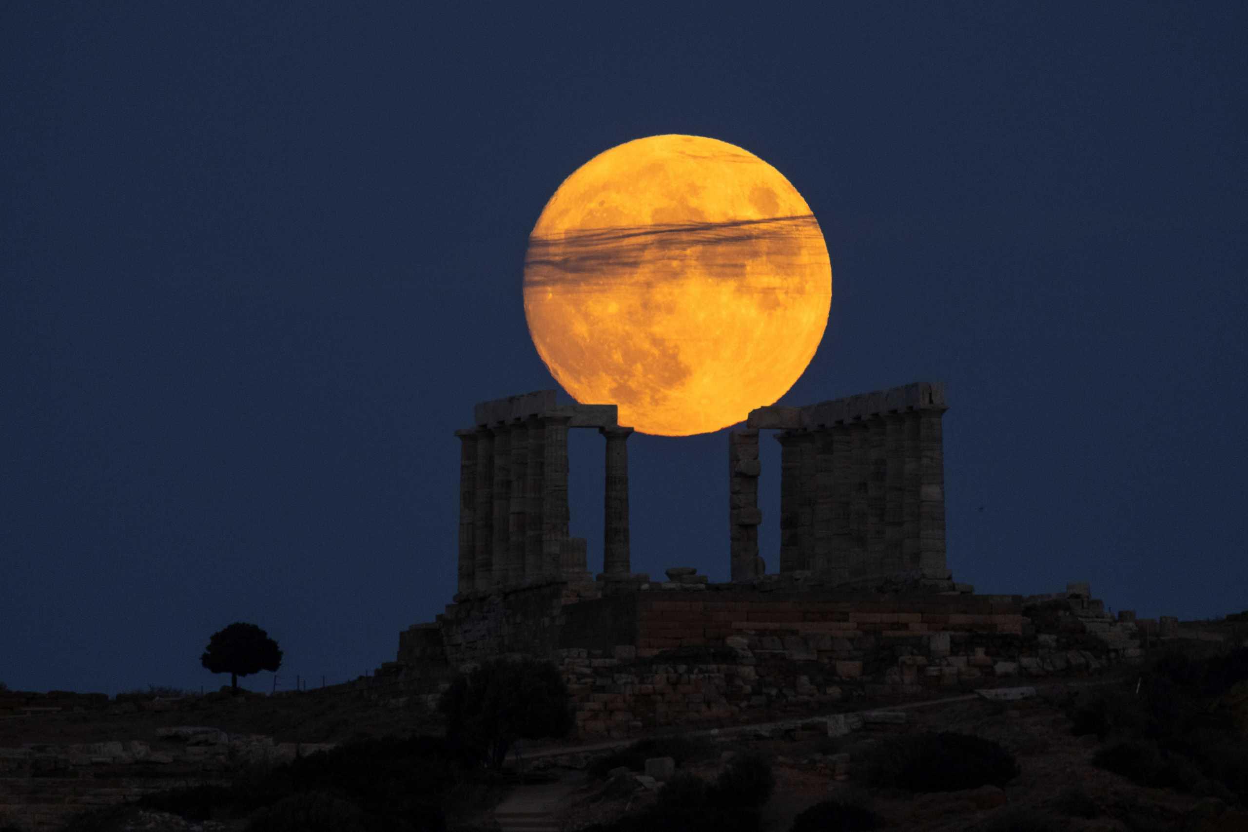 Πανσέληνος Αυγούστου: «Μάγεψε» το ολόγιομο φεγγάρι – Εντυπωσιακές εικόνες
