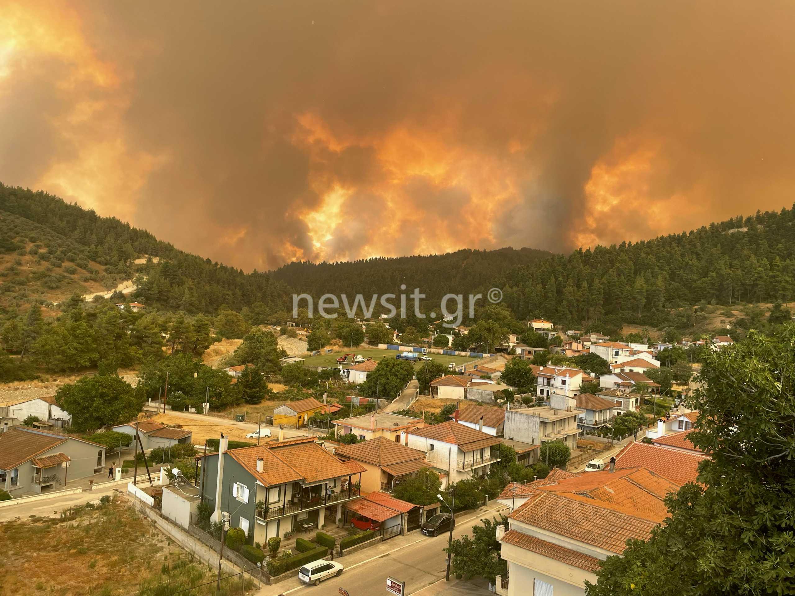Φωτιά στην Εύβοια: Δυστοπικές εικόνες στις Γούβες, απειλείται το χωριό