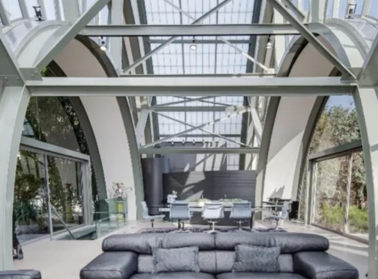 """Ένα γυάλινο σπίτι που μοιάζει σαν να """"βγήκε"""" από ταινία επιστημονικής φαντασίας"""