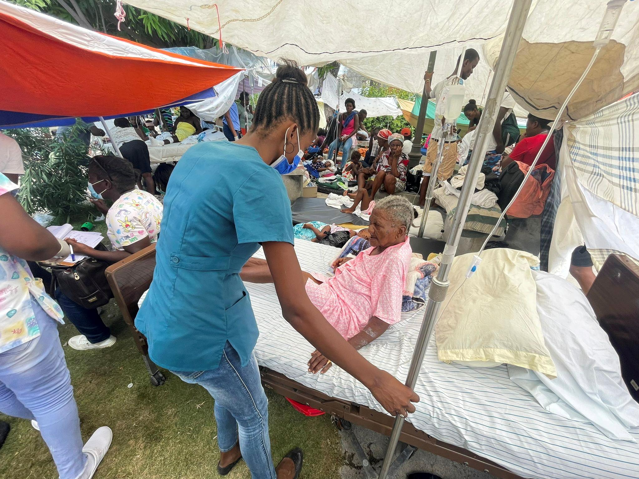 Σεισμός Αϊτή: Γιατροί δίνουν μάχη για τη ζωή χιλιάδων τραυματιών μέσα σε σκηνές
