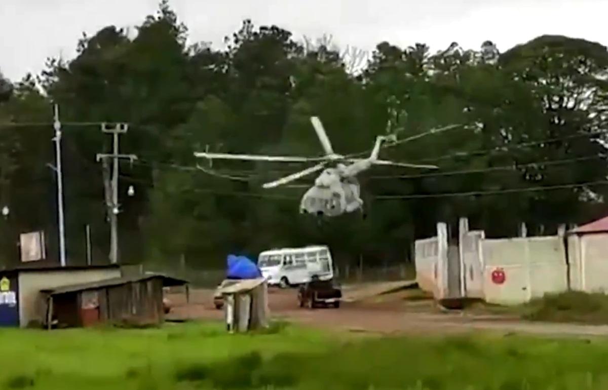 Μεξικό: Καρέ-καρέ η αναγκαστική προσγείωση στρατιωτικού ελικοπτέρου στη μέση του δρόμου