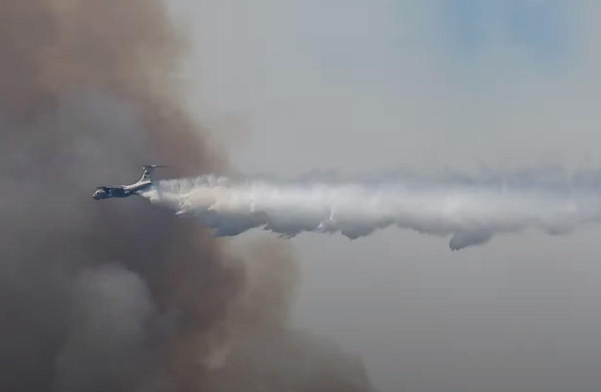 Πυρκαγιά στα Βίλια: Καρέ καρέ η επιβλητική επιχείρηση του ρωσικού Ilyushin πάνω από τις φλόγες [vid]